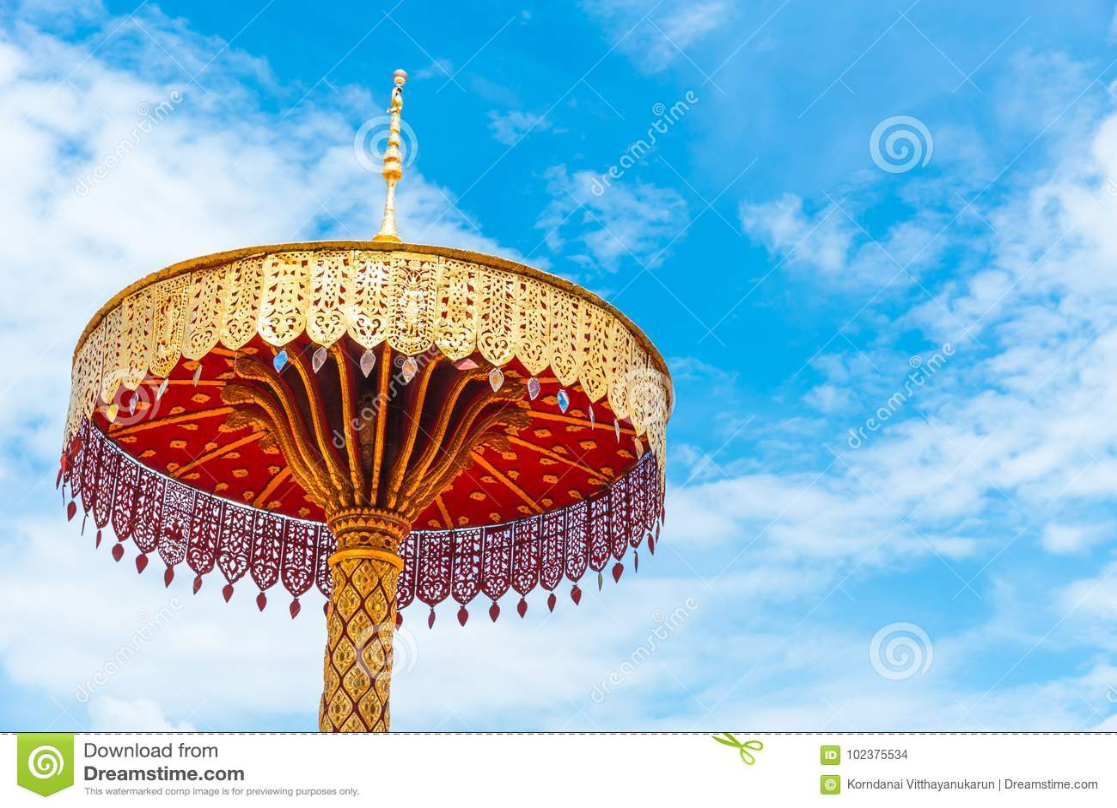 Handcraft härliga traditionella för guld- stil för paraply thailändsk tempelgarnering