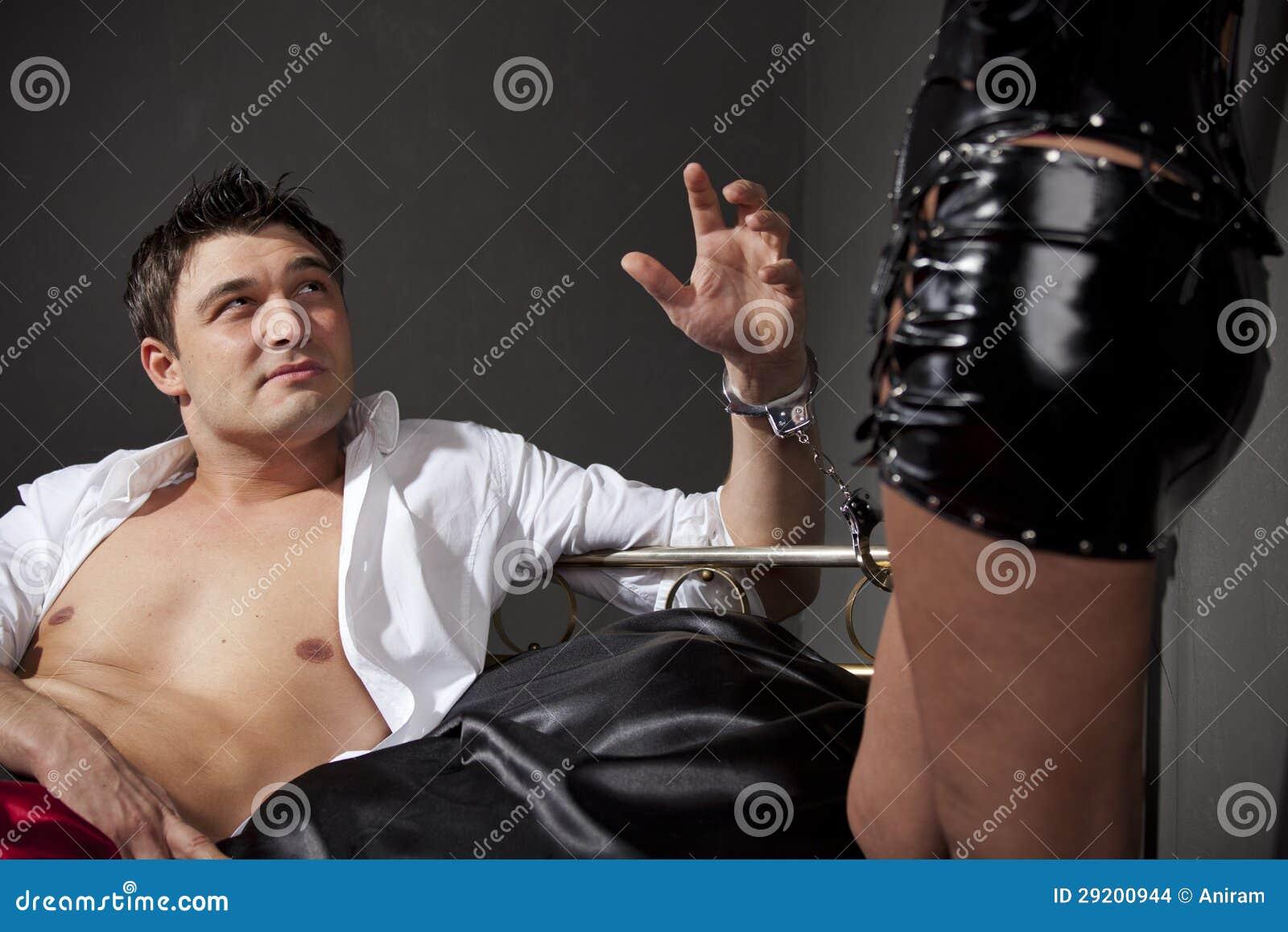 Фото девушки прикованной к кровати наручниками 11 фотография