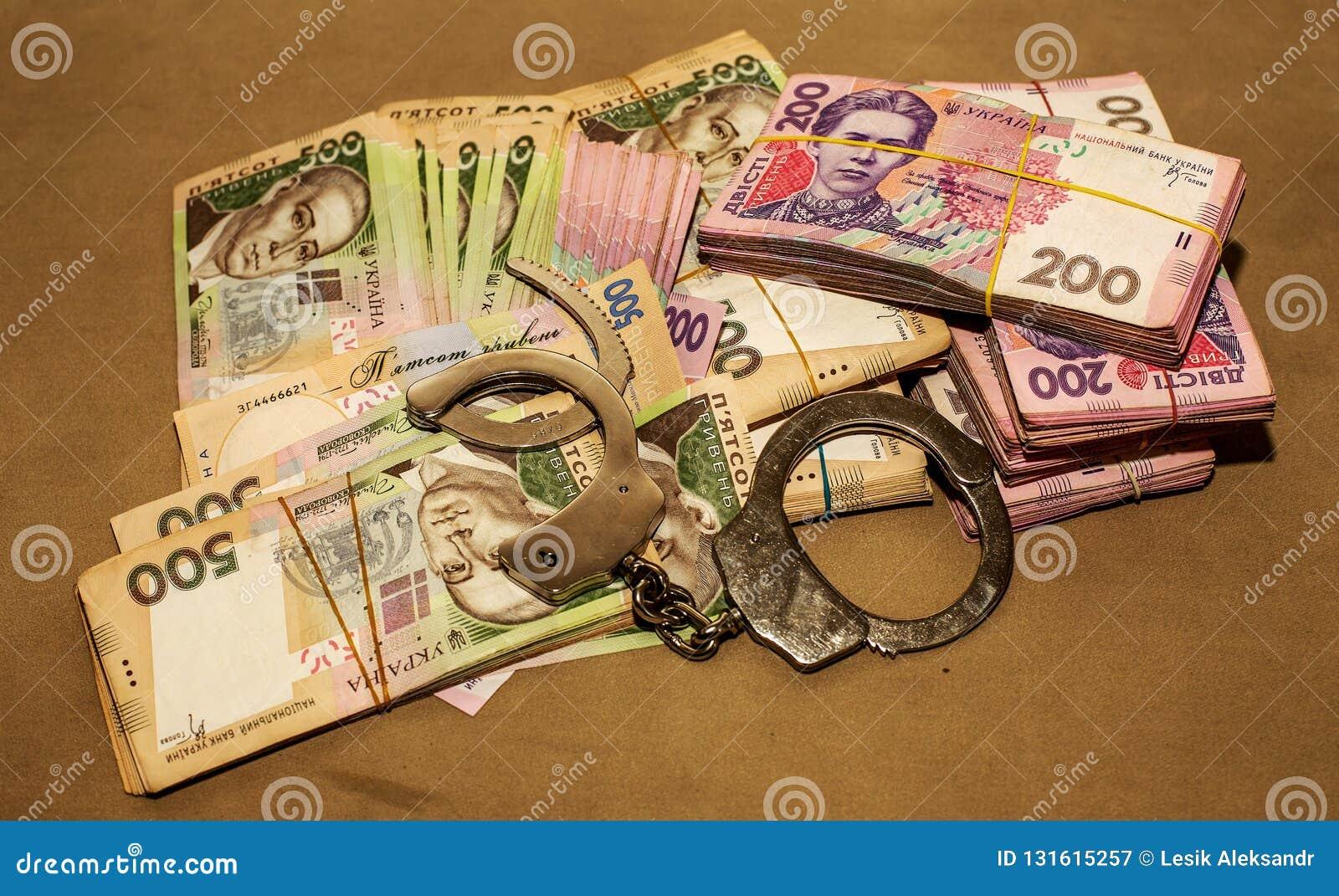 Handcuffs op het geld Corruptie in de Oekraïne De bestrijding van corruptie