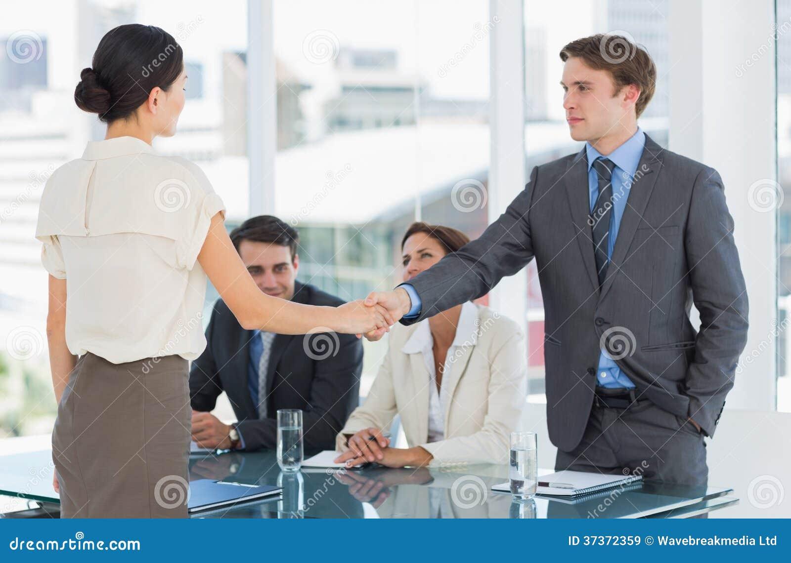 Handdruk om een overeenkomst na een vergadering van de baanrekrutering te verzegelen