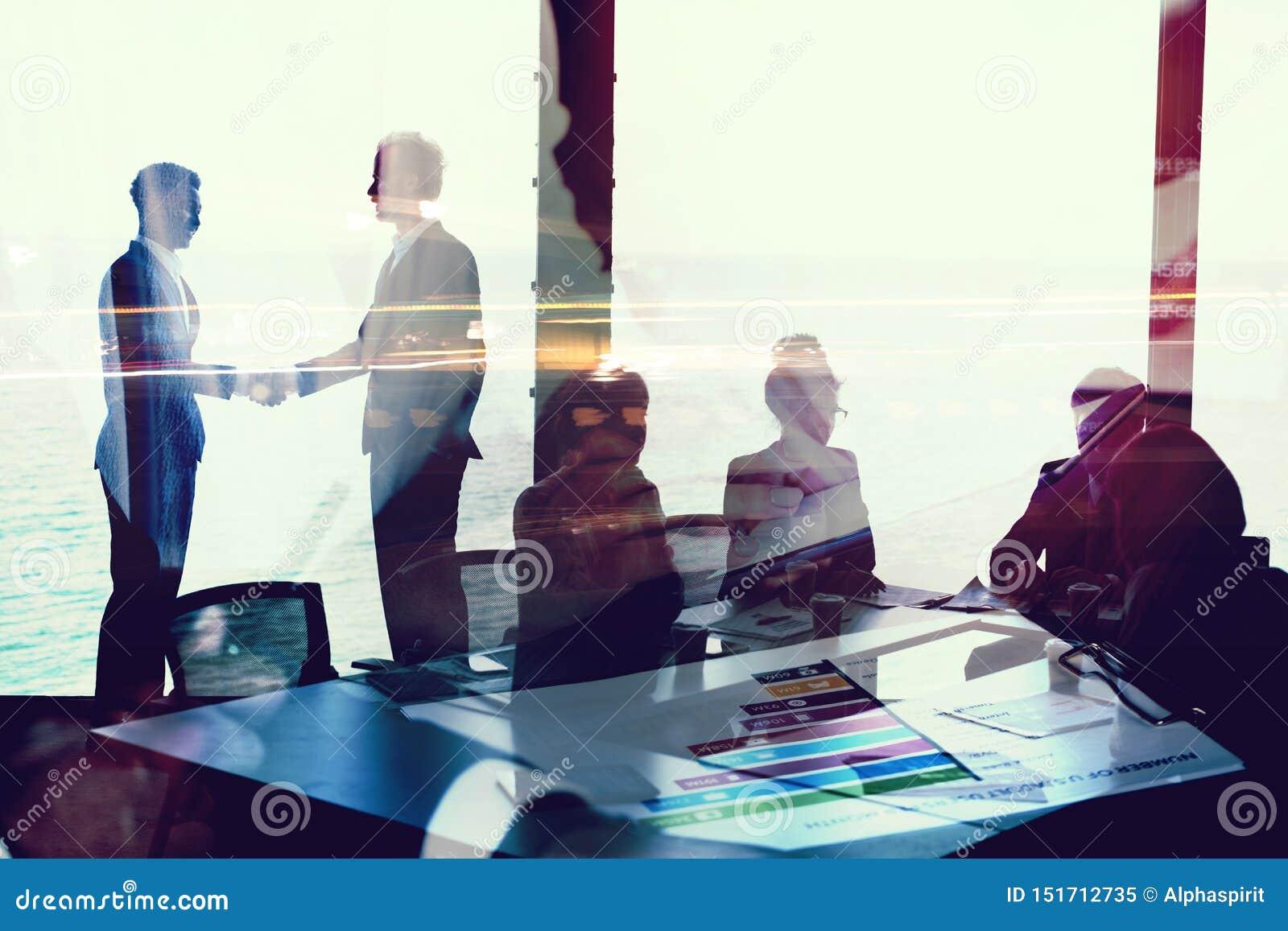 Handdruk van businessperson twee in bureau met netwerkeffect Concept vennootschap en groepswerk