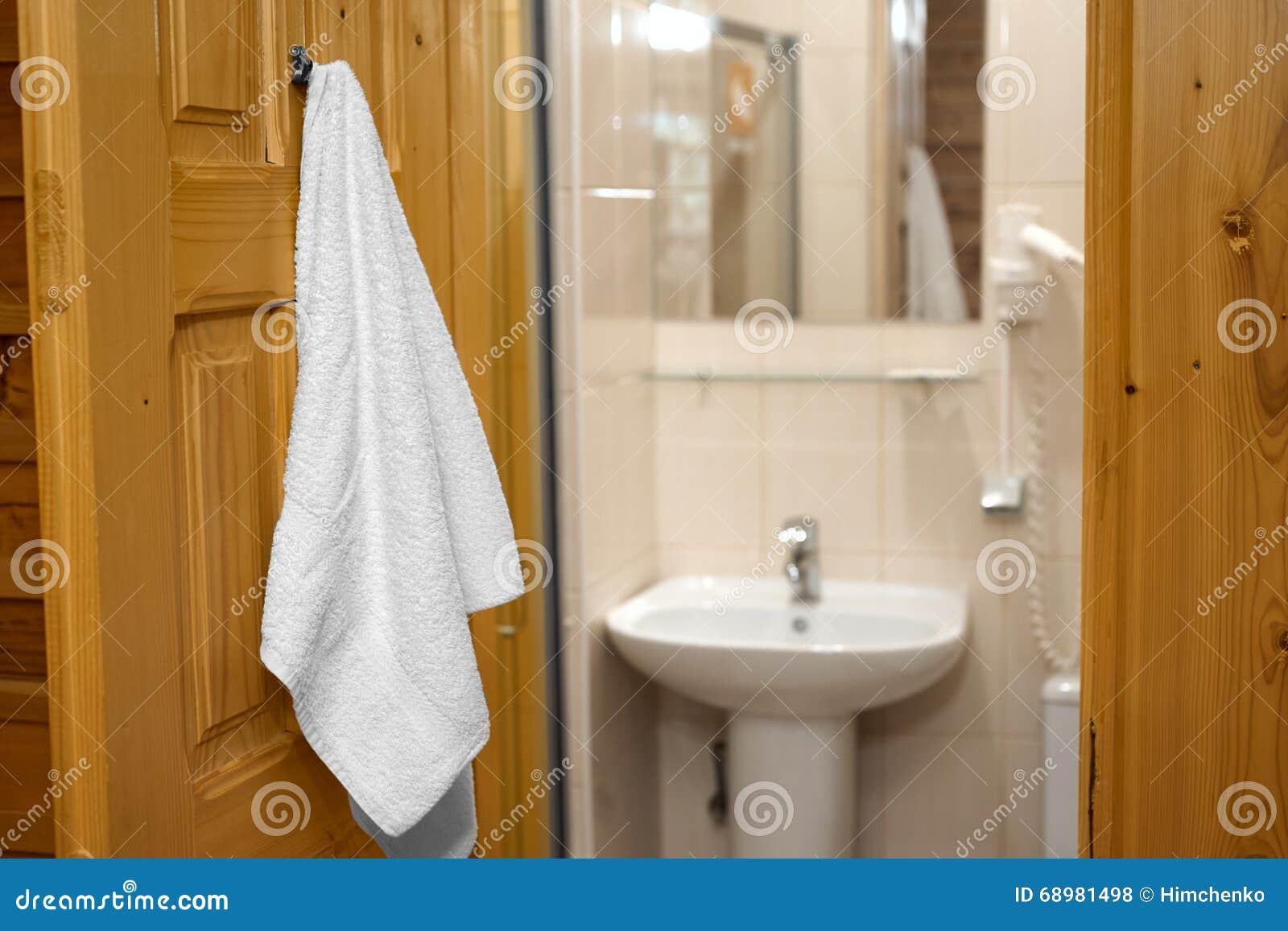 Handduk som hänger på badrumdörren