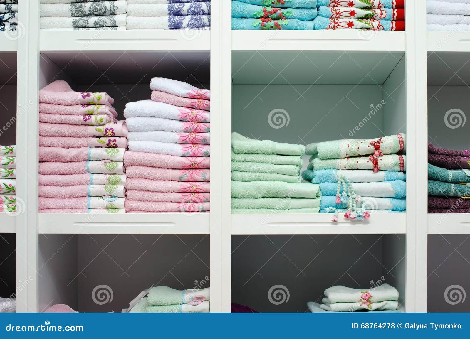 Handduksängark på hyllan i ett lager