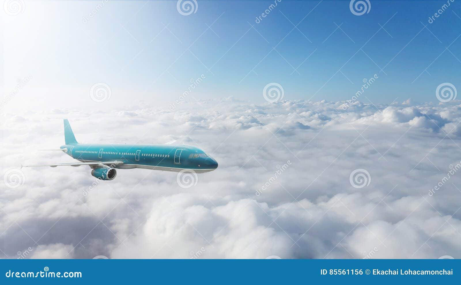 Handelsjet, der über Wolken fliegt