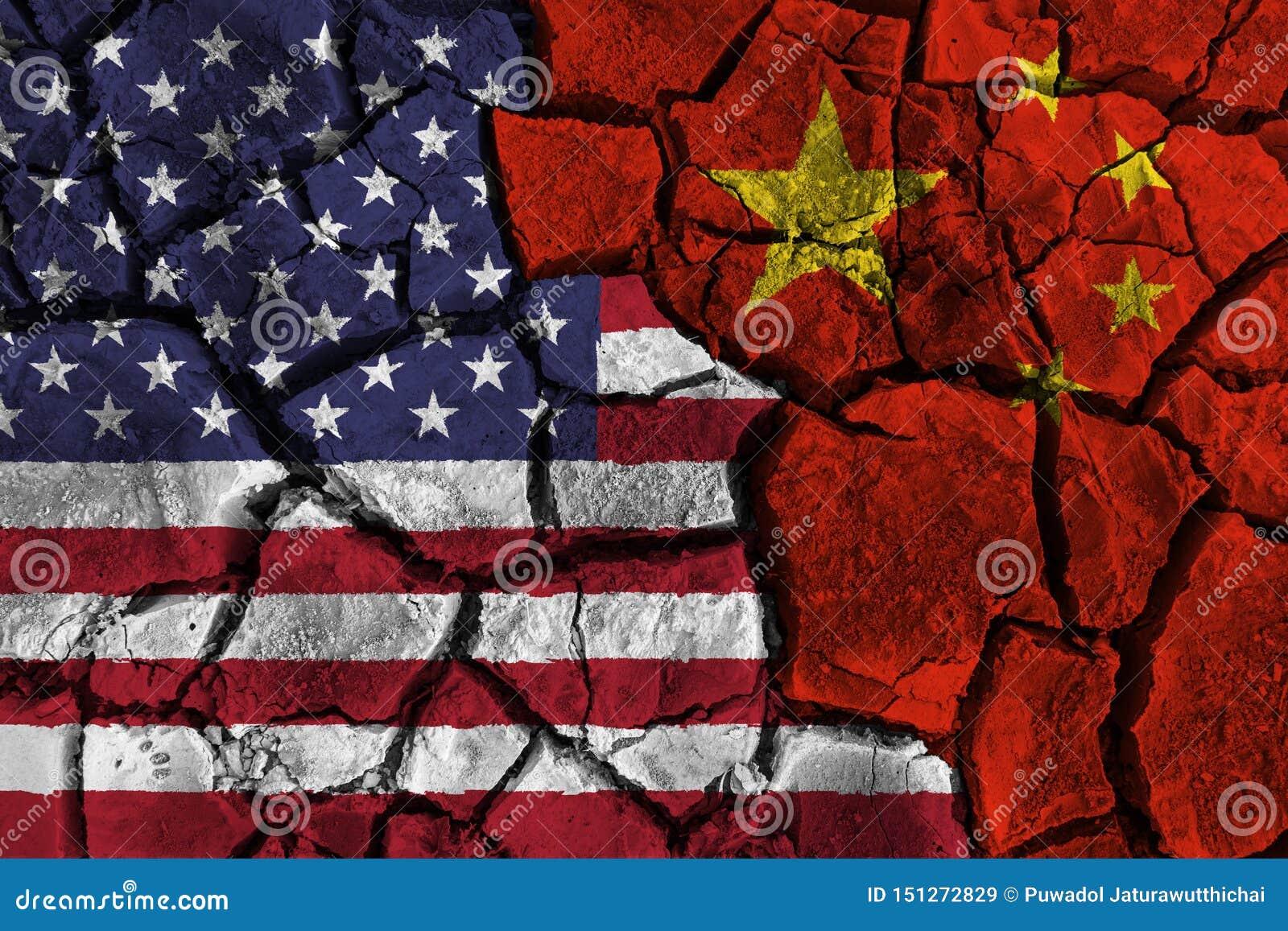 Handelsoorlog tussen de Verenigde Staten van Amerika VERSUS China vlag op gebarsten muurachtergrond Confliction en crisisconcept