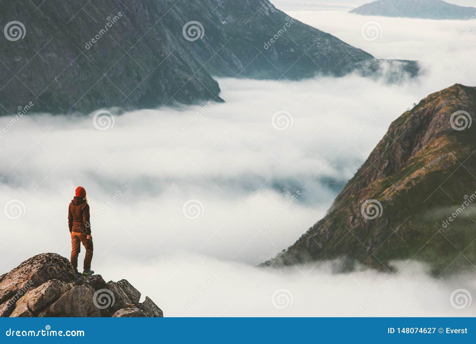 Handelsresande på klippan som förbiser bergmoln bara