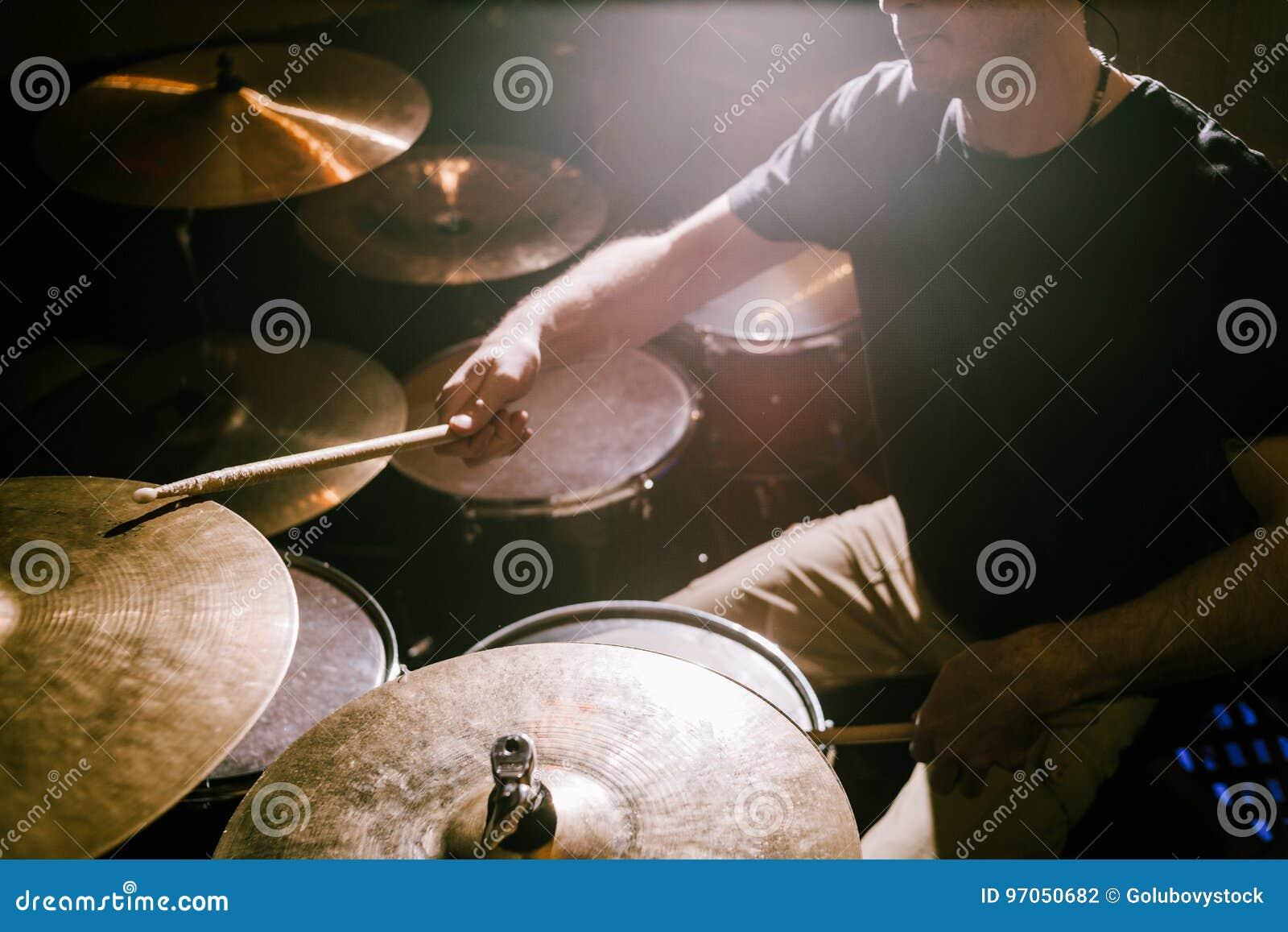 Handelsresande som spelar cymbaler under konsert