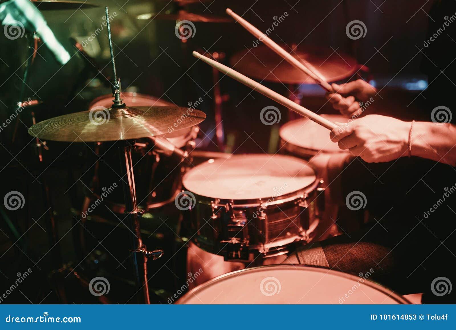 Handelsresande som spelar hans valssats på konsert i klubba