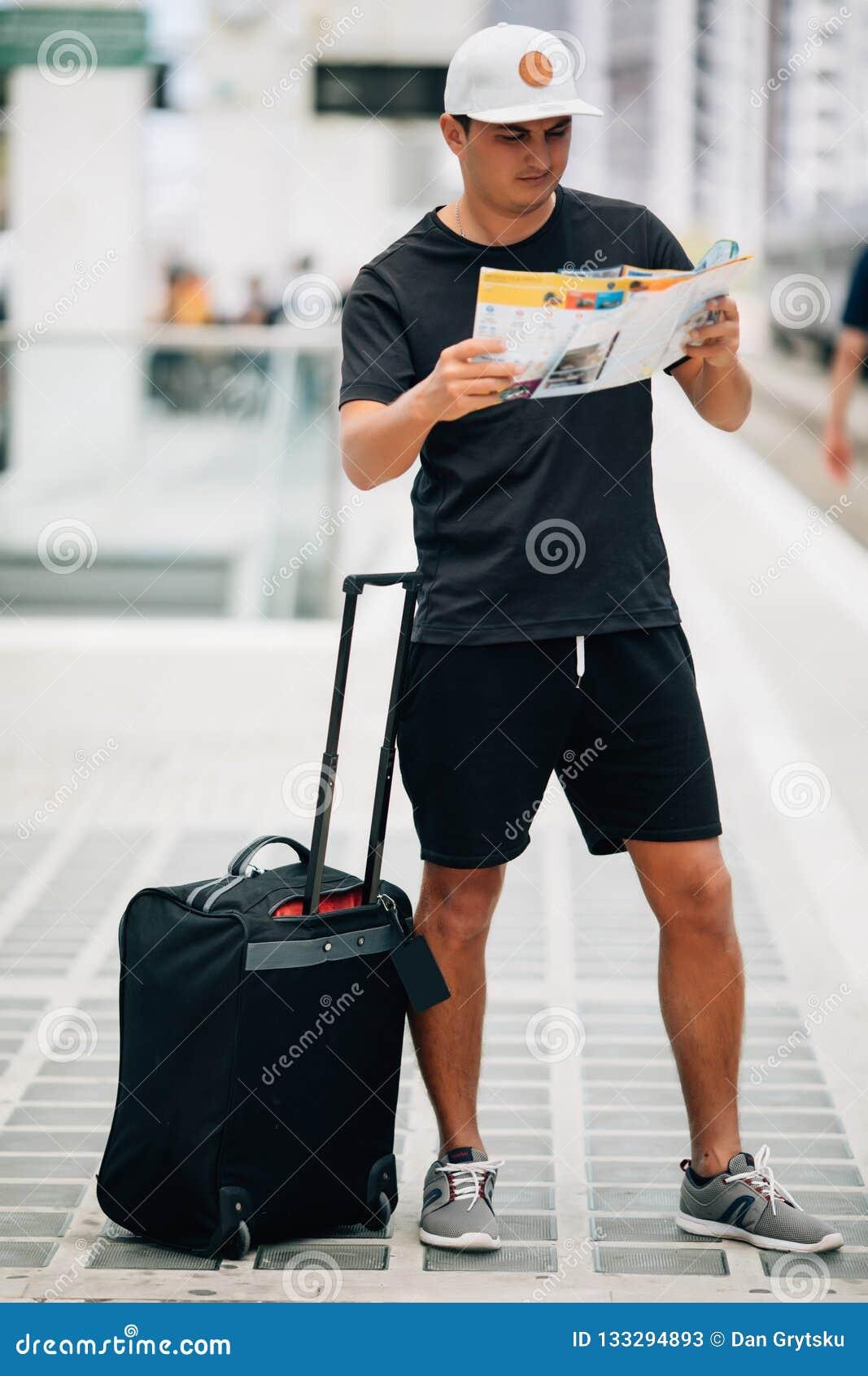 Handelsresandeman med bagage och översikt i drevstation för dublin för bilstadsbegrepp litet lopp översikt