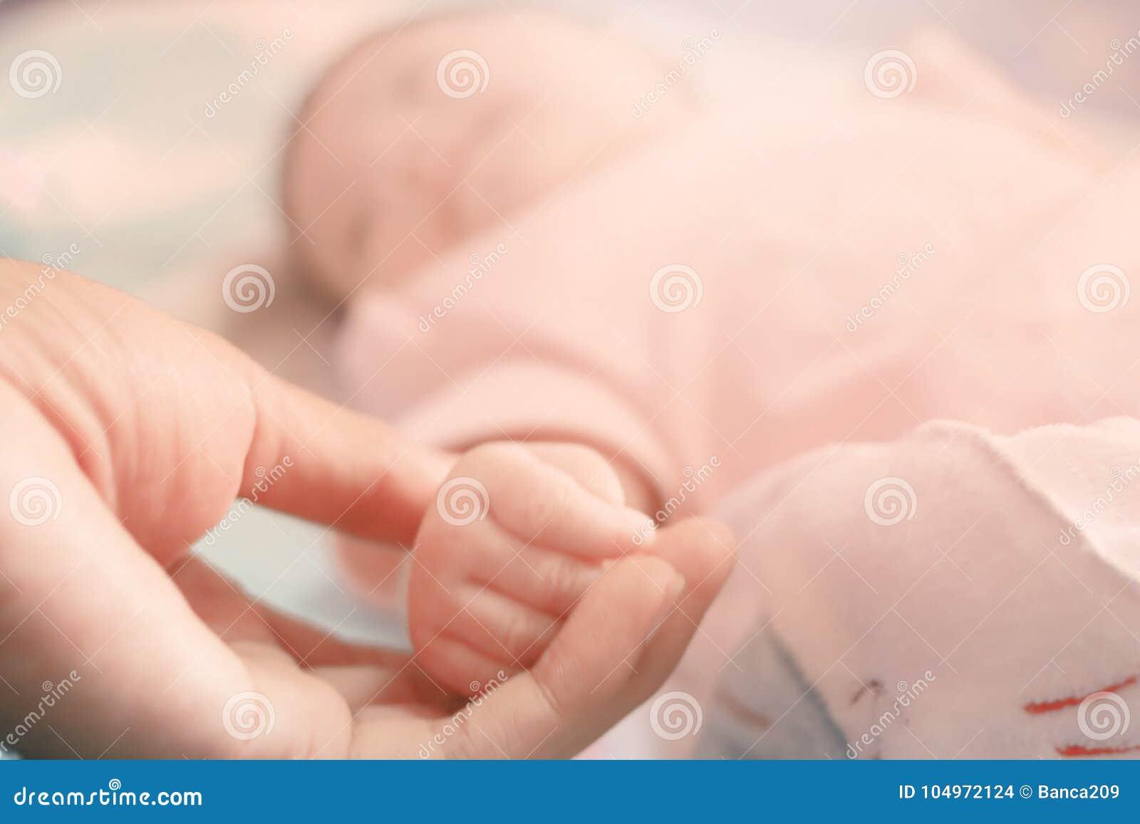 Handen behandla som ett barn familjen för förälskelse för begreppet för handmodercloseupen