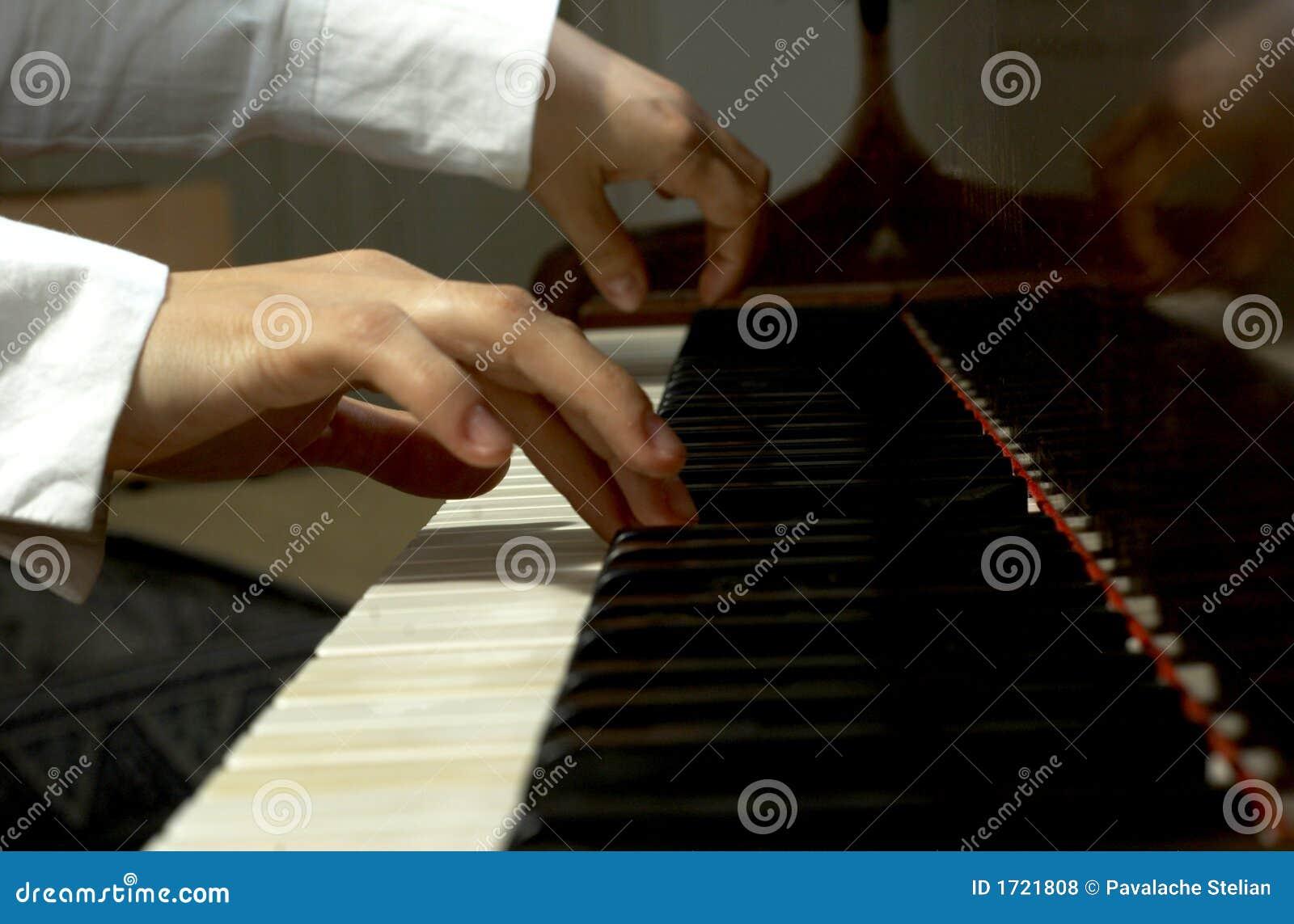 Handen bij de Sleutels van een Piano