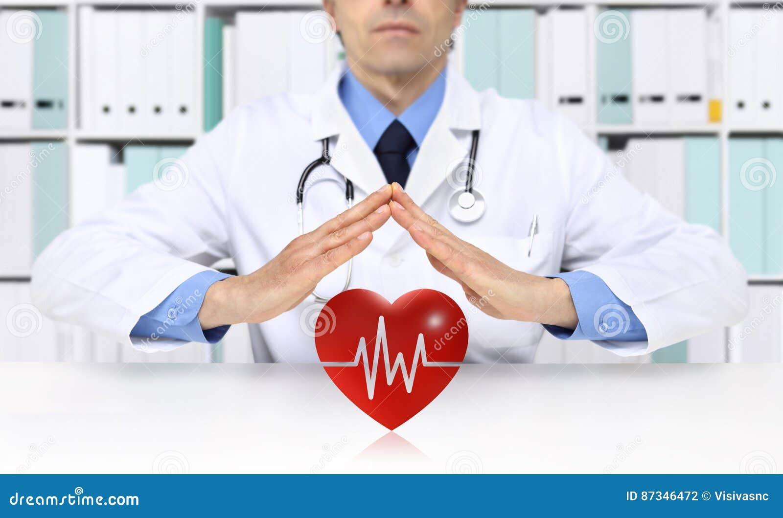 Handen de arts beschermt hartsymbool, medische ziektekostenverzekering