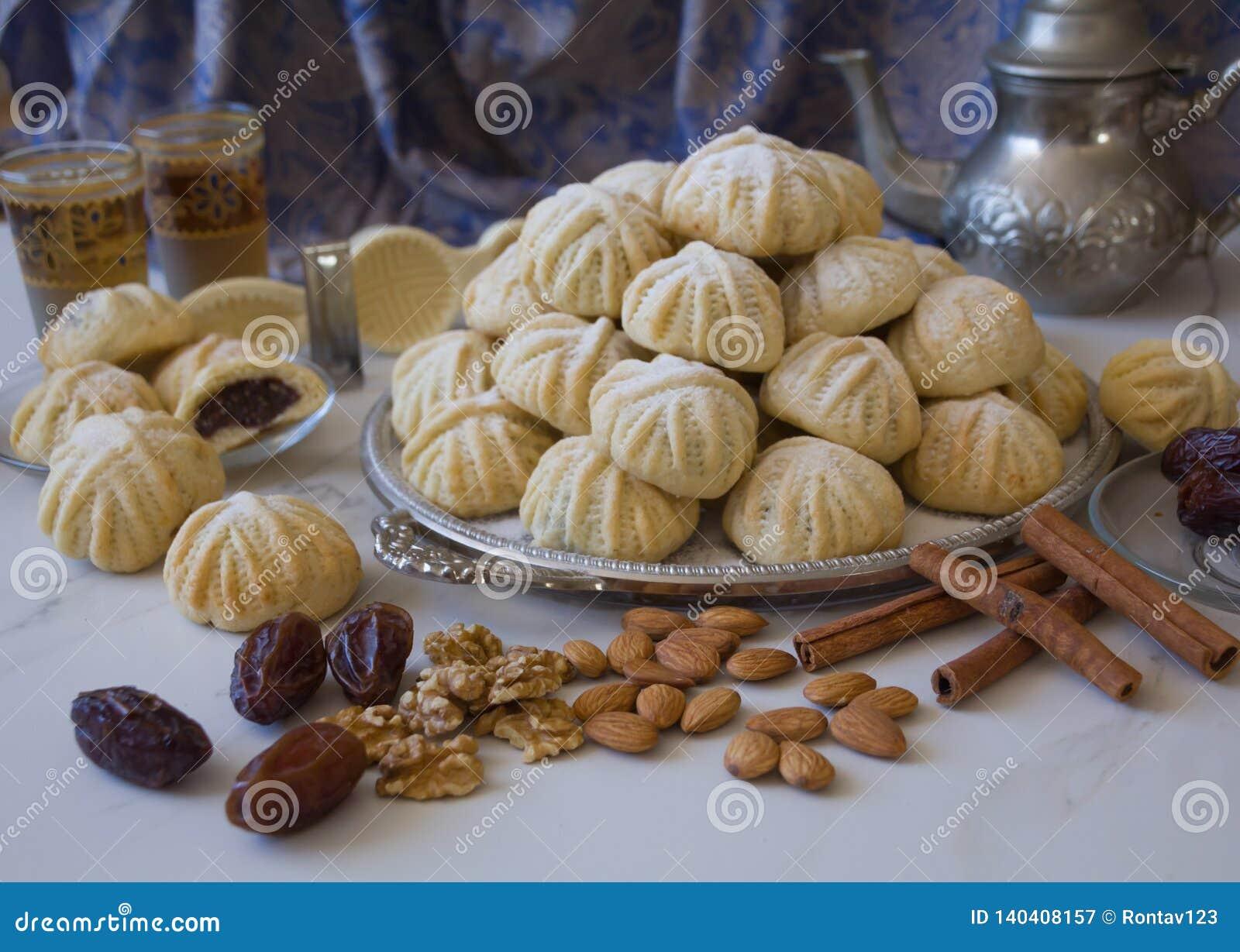 Handen dekorerade 'Maamoul 'en arabisk efterrätt fyllde kakor som gjordes med data deg, mandlar, valnötter och kanel