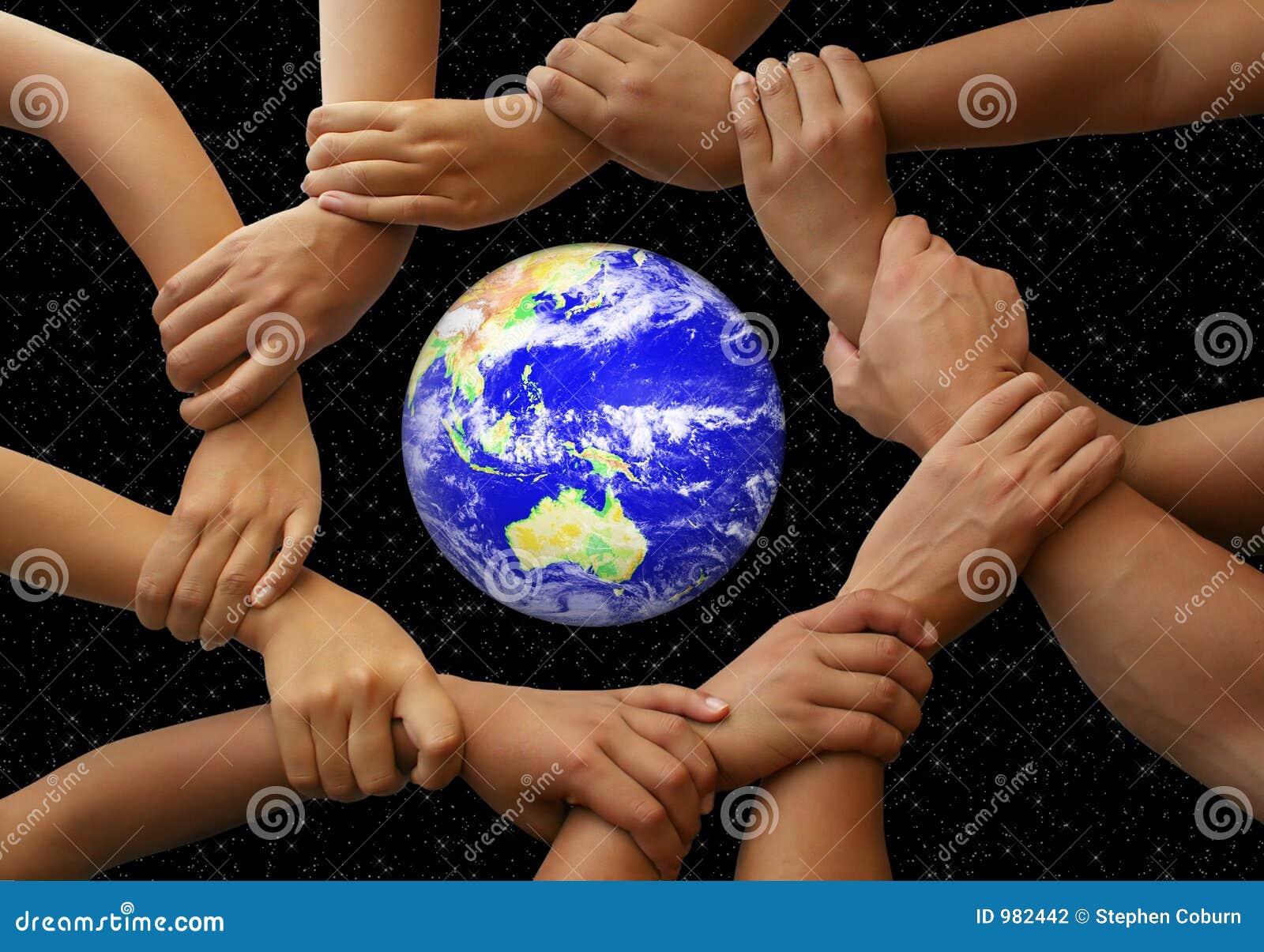 Handen die de Aarde frame