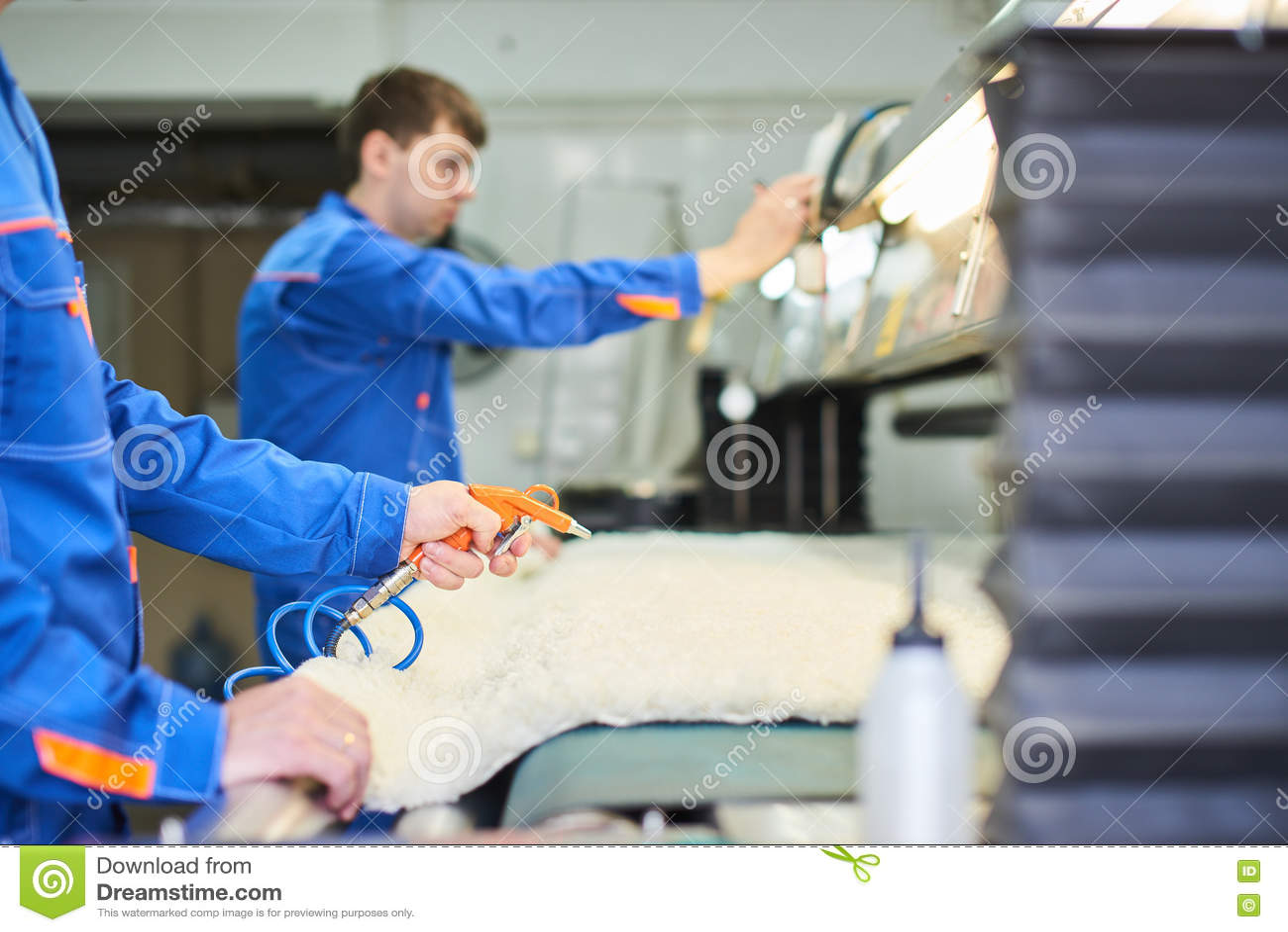 Handen die de compressor houden om lucht te blazen
