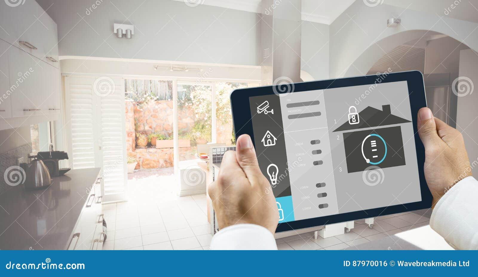 Handen die digitale tablet met de pictogrammen van de huisveiligheid houden