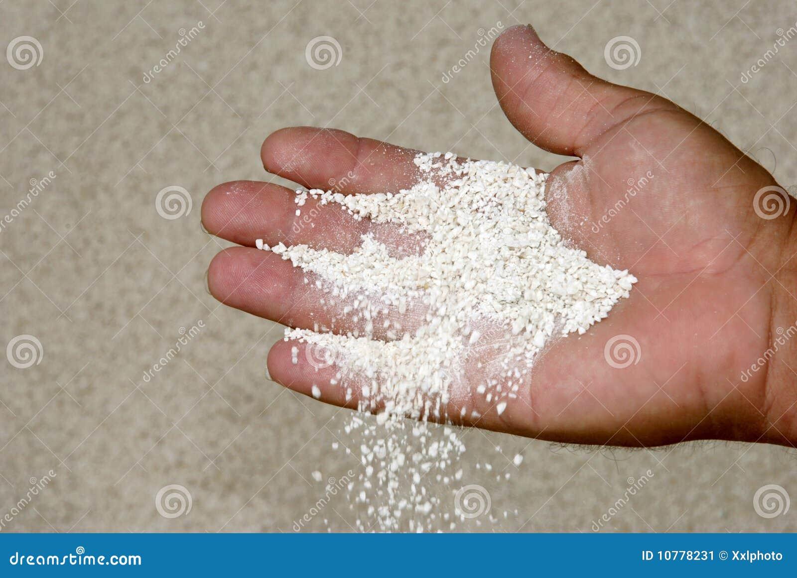 Handen die gespleten materiaal controleren