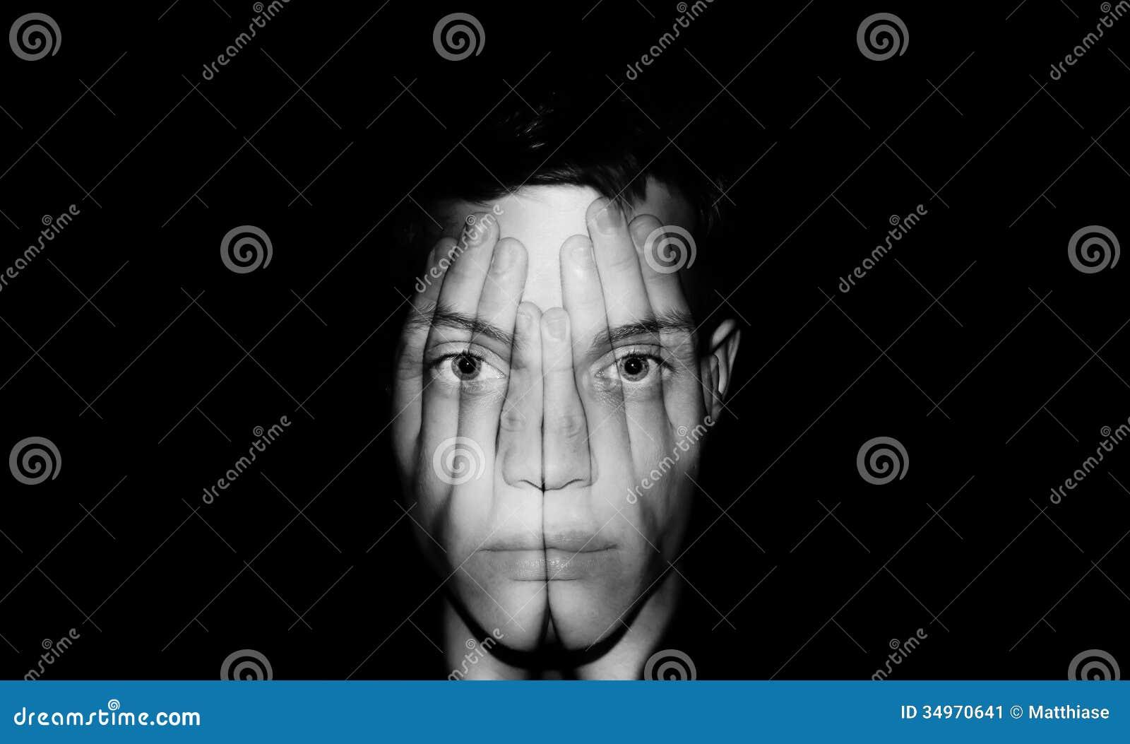 Handen die gezicht behandelen