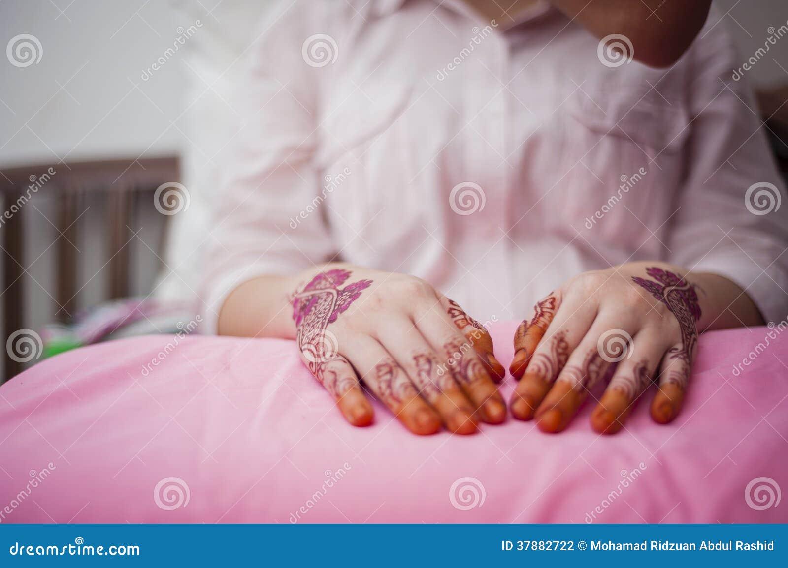 Handen die Henna dragen