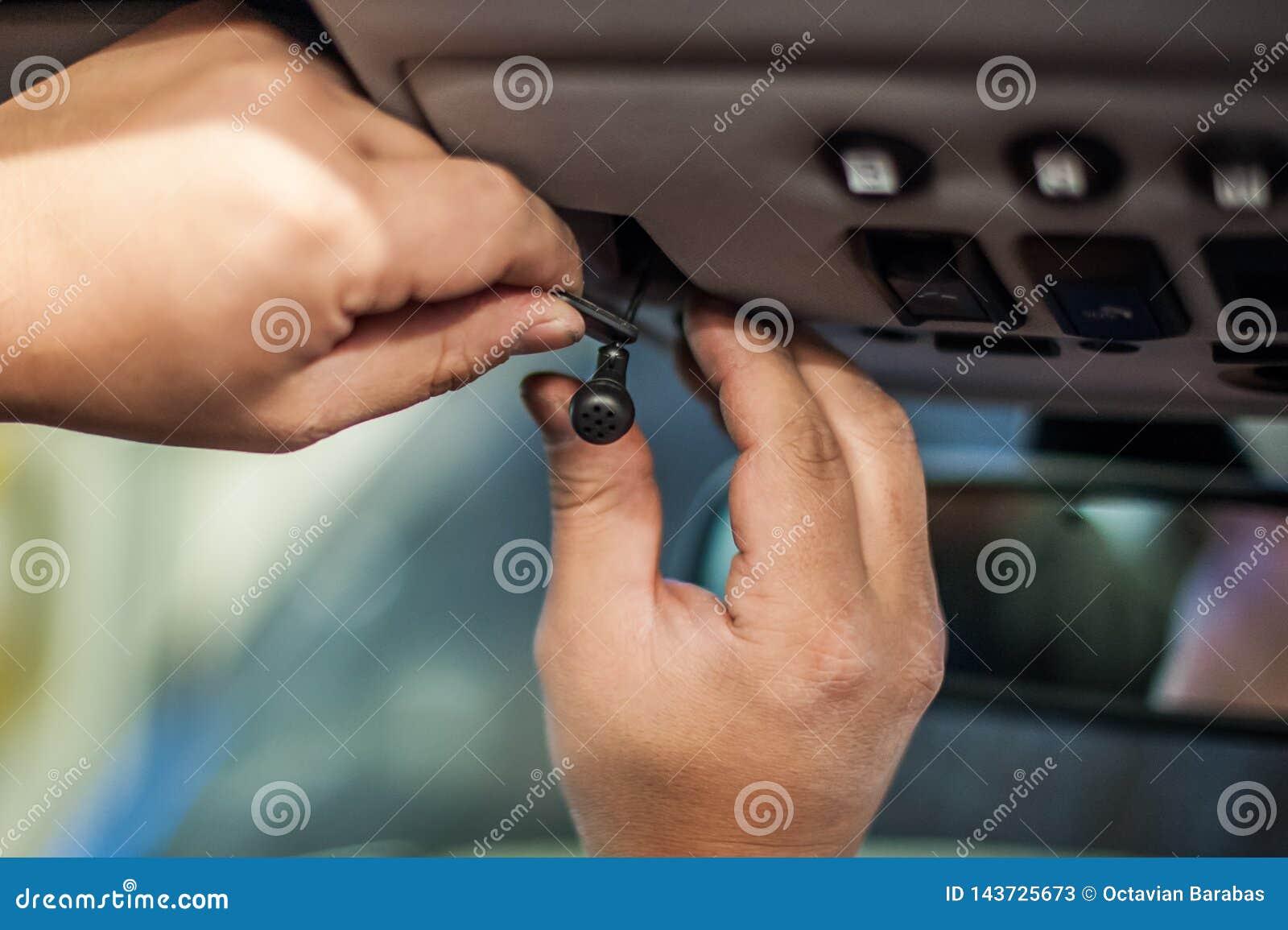 Handen die kleine vertoning installeren in auto