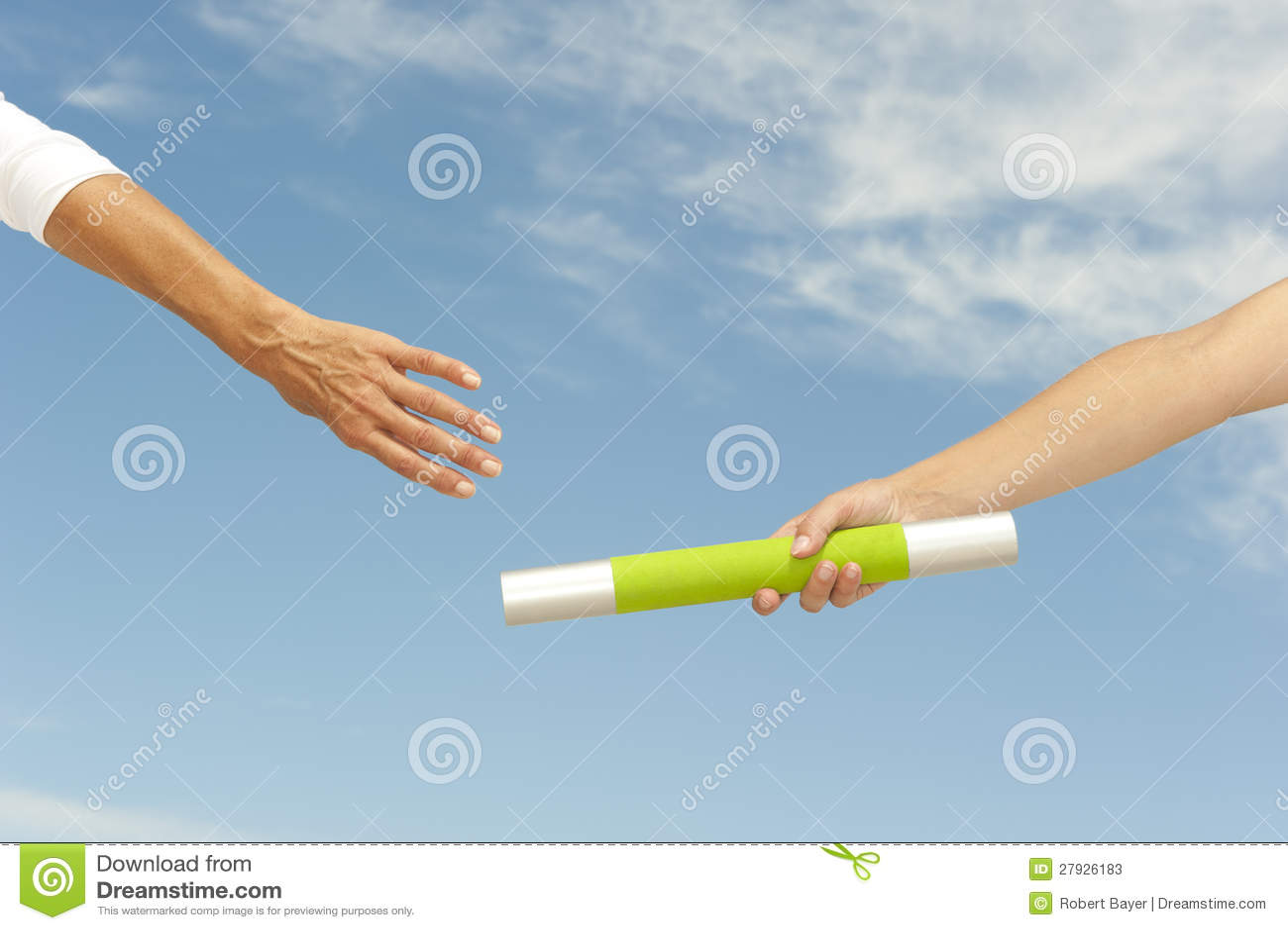 Handen die knuppel voor groepswerk bereiken