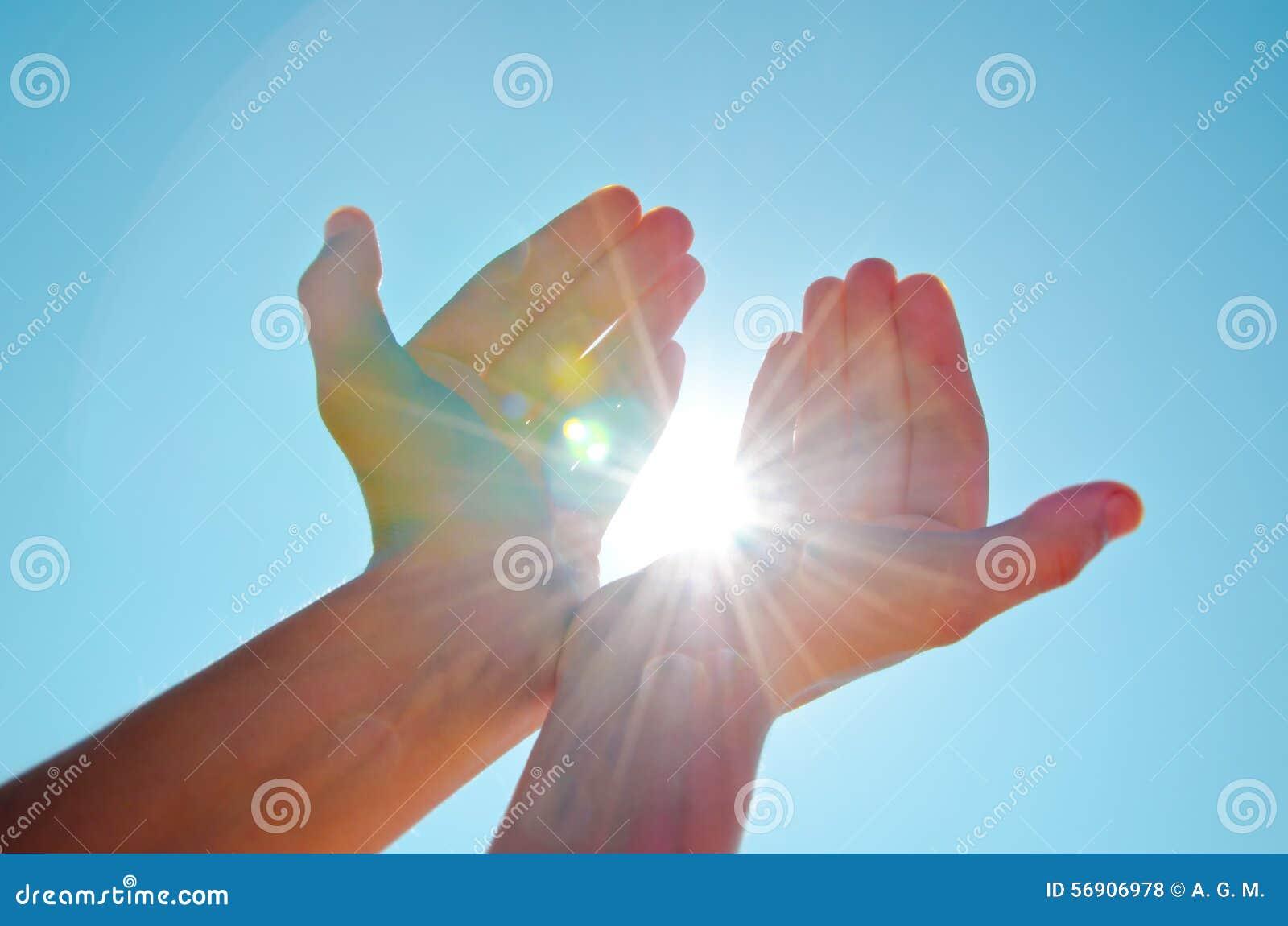 Handen die licht houden