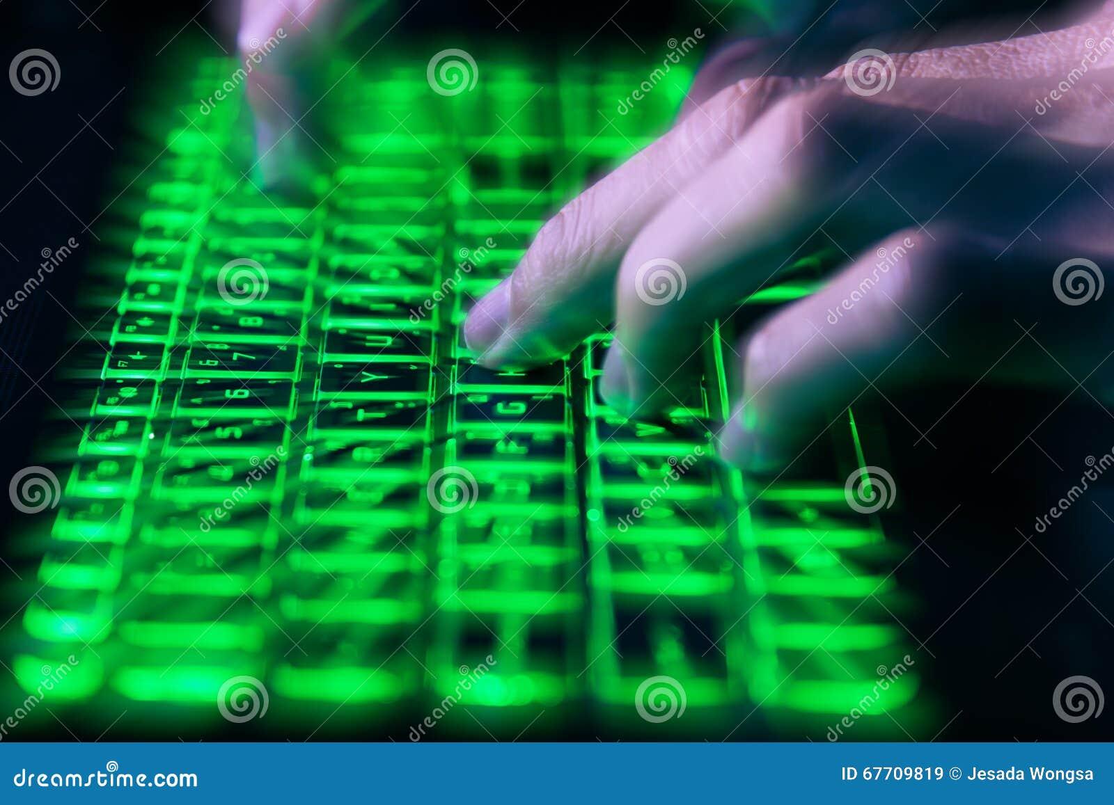 Toetsenbord Met Licht : Handen die op toetsenbord in groen licht met motieonduidelijk