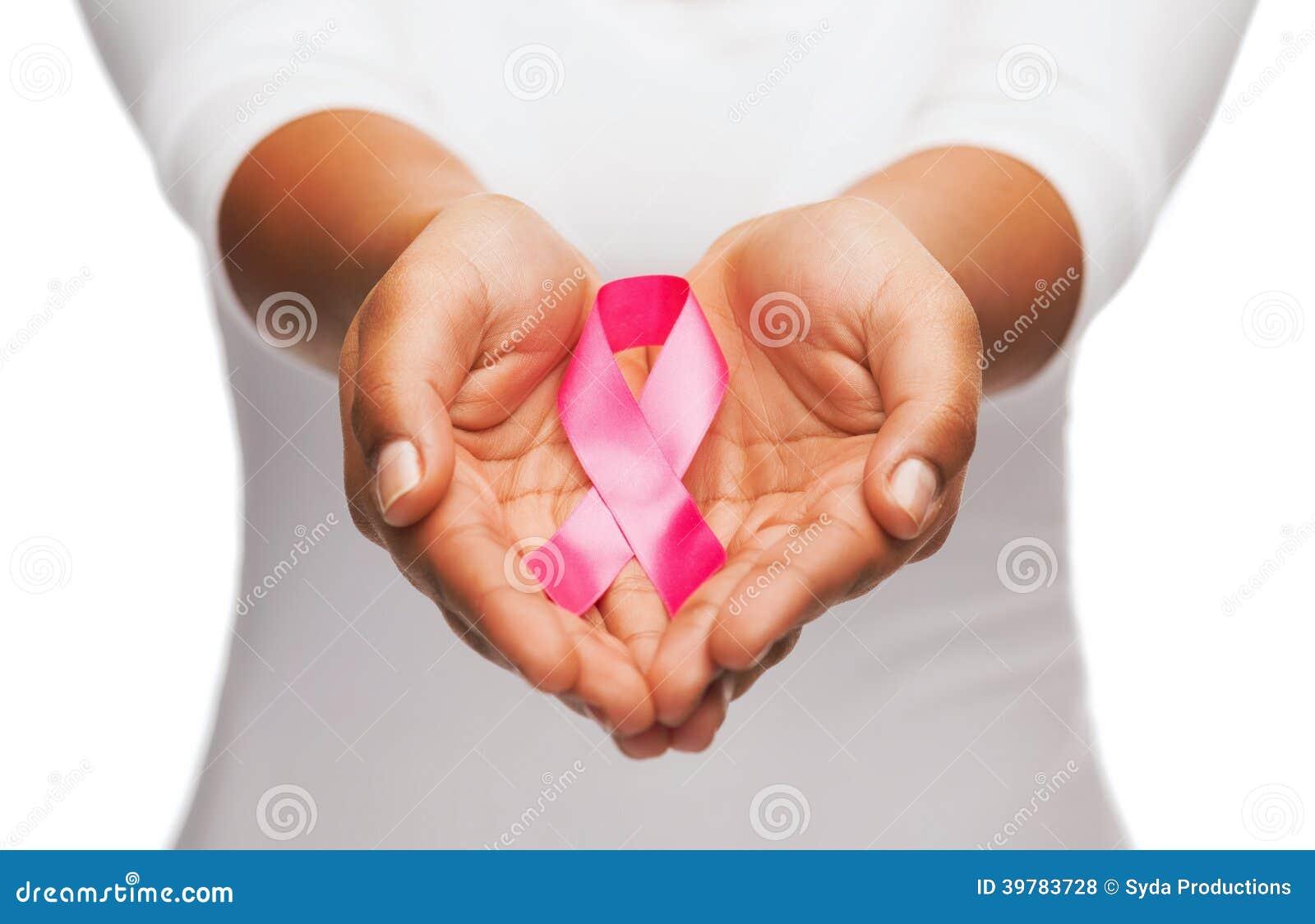 Handen die roze de voorlichtingslint houden van borstkanker