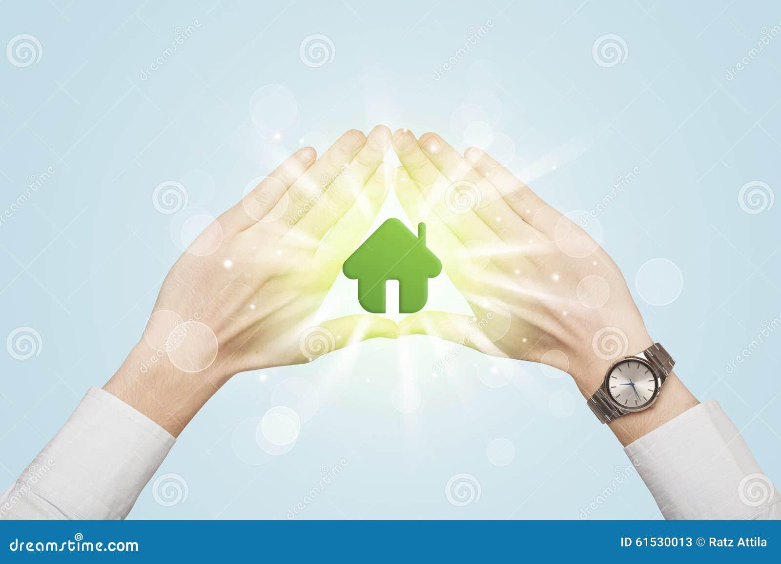 Handen die tot een vorm met groen huis leiden stock afbeelding afbeelding 61530013 - Groen huis model ...