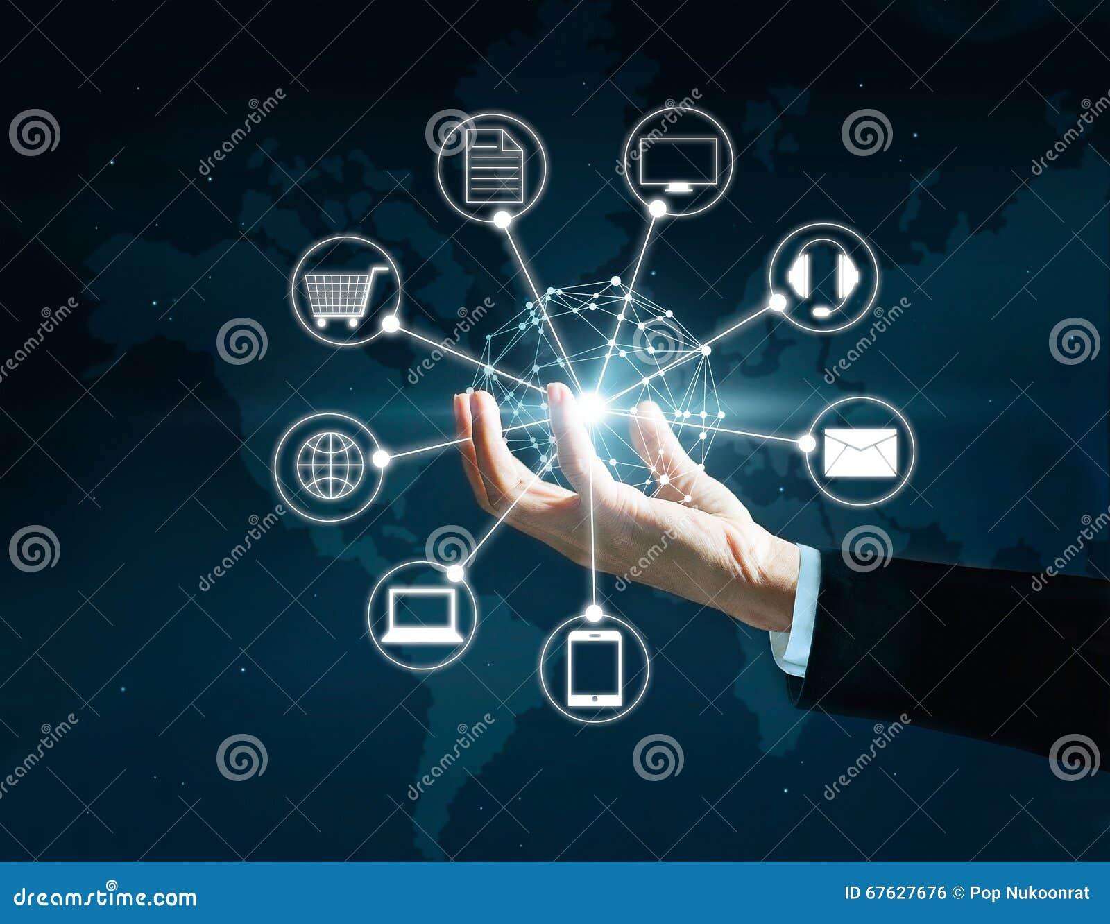 Handen die verbinding van het cirkel de globale netwerk, Omni-Kanaal houden