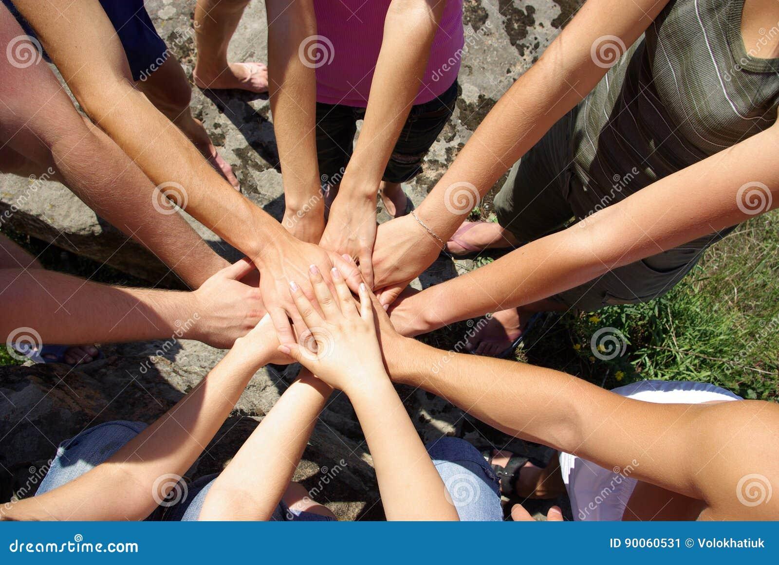 Handen diverse groep vrienden