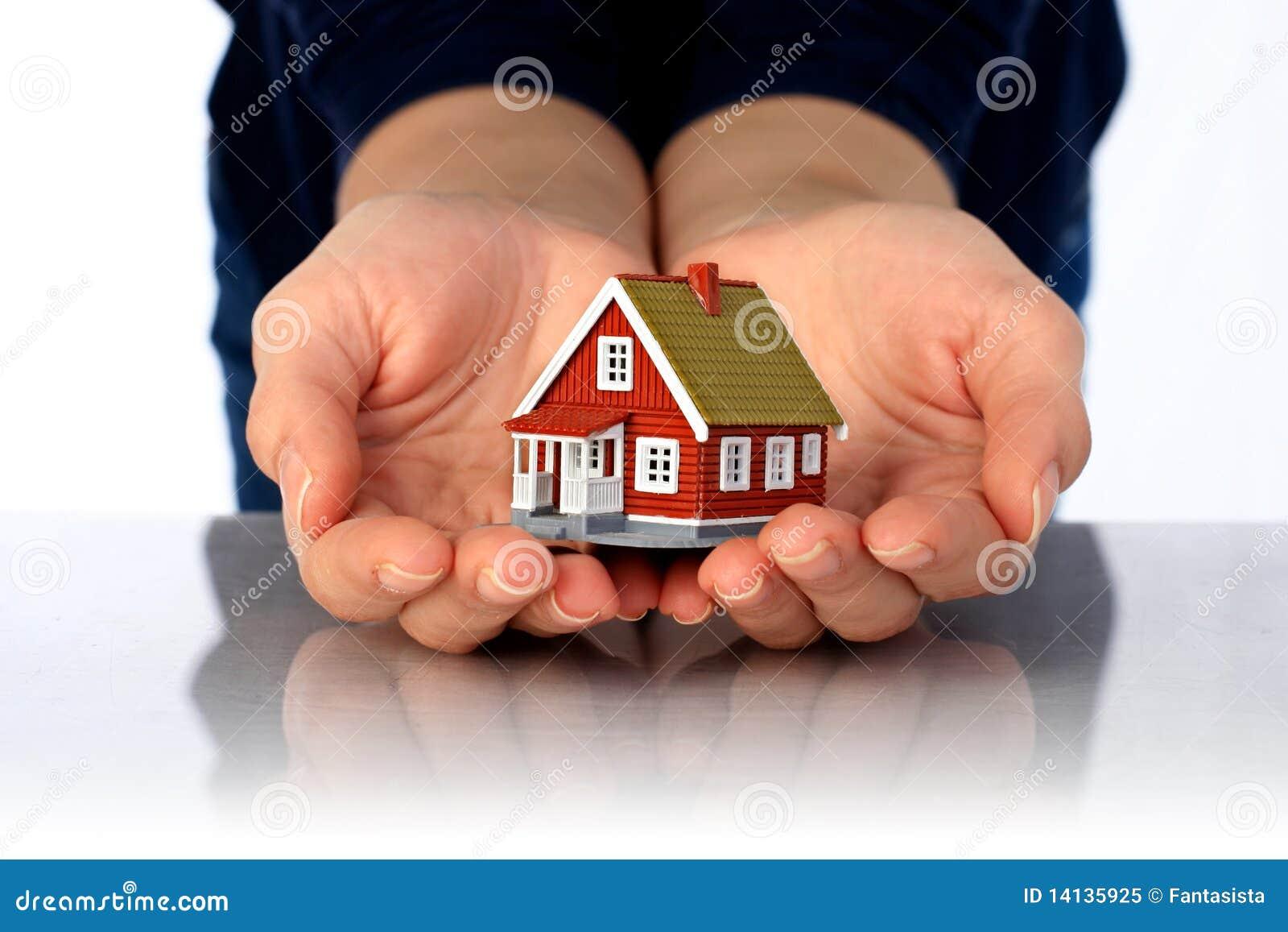 Handen en plattelandshuisje.