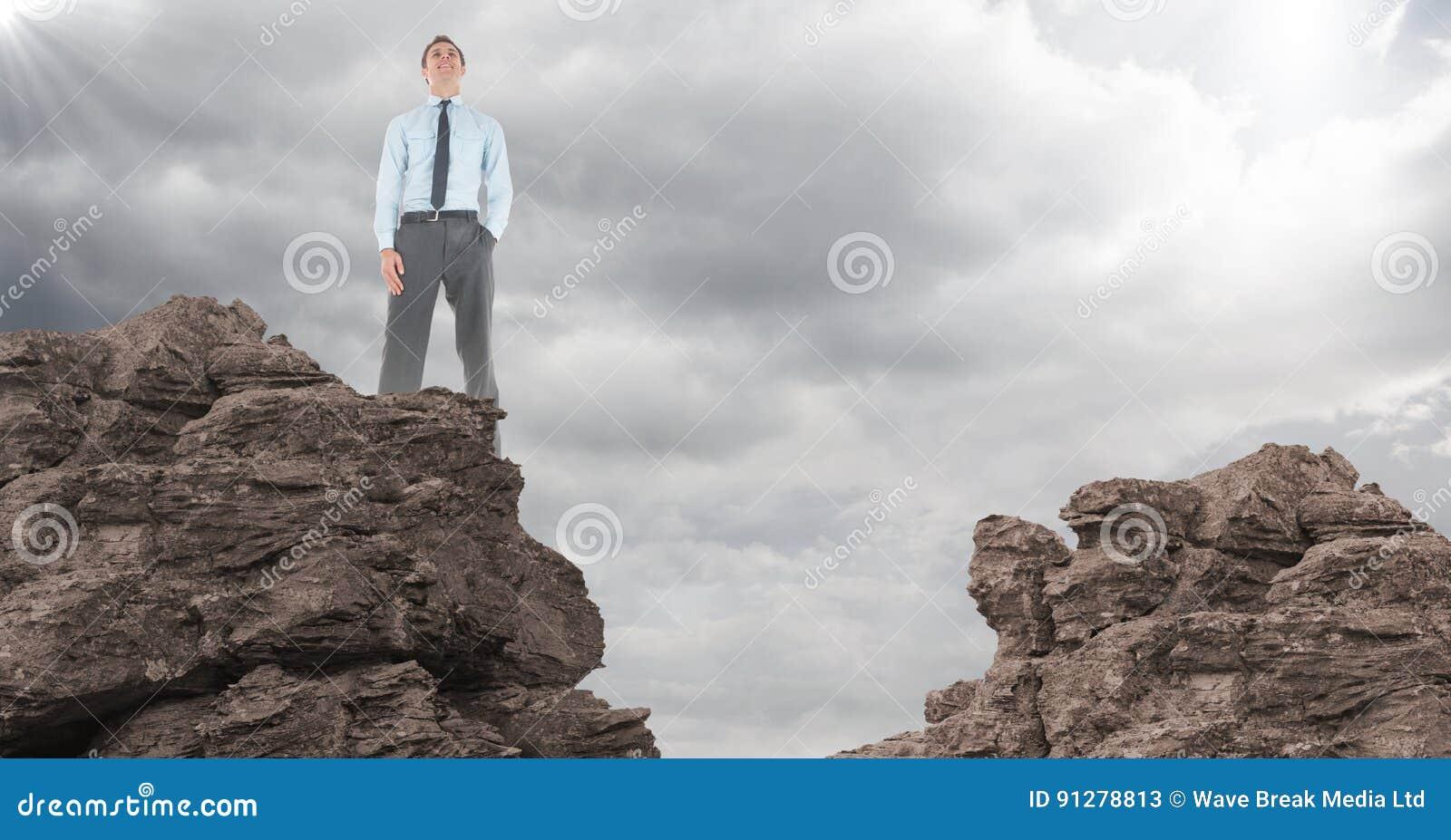Handen för affärsmannen i fack vaggar på mot moln med signalljuset