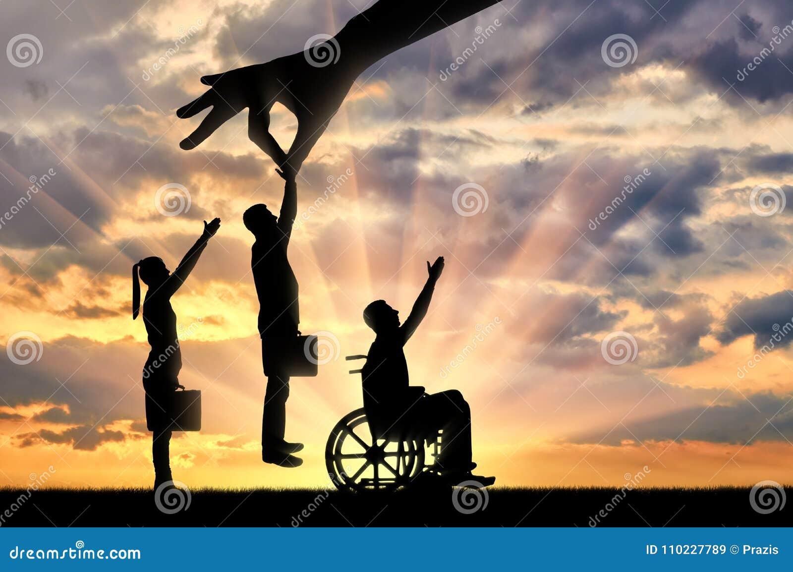 Handen för arbetsgivare` s väljer en sund arbetare från en folkmassa av folk och inte ett ogiltigt i en rullstol