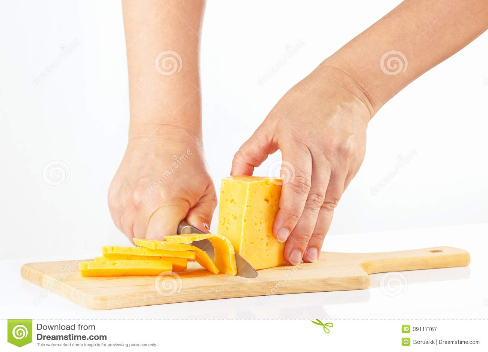 Handen gesneden kaas op een scherpe raad