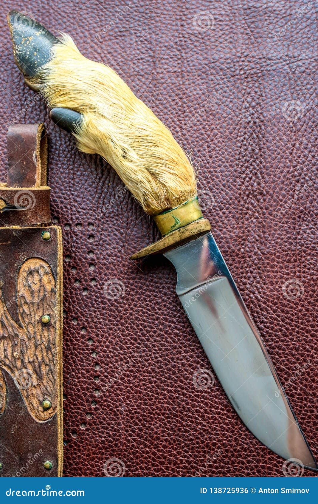 Handen - gjorde den jaga kniven på den bruna bakgrunden
