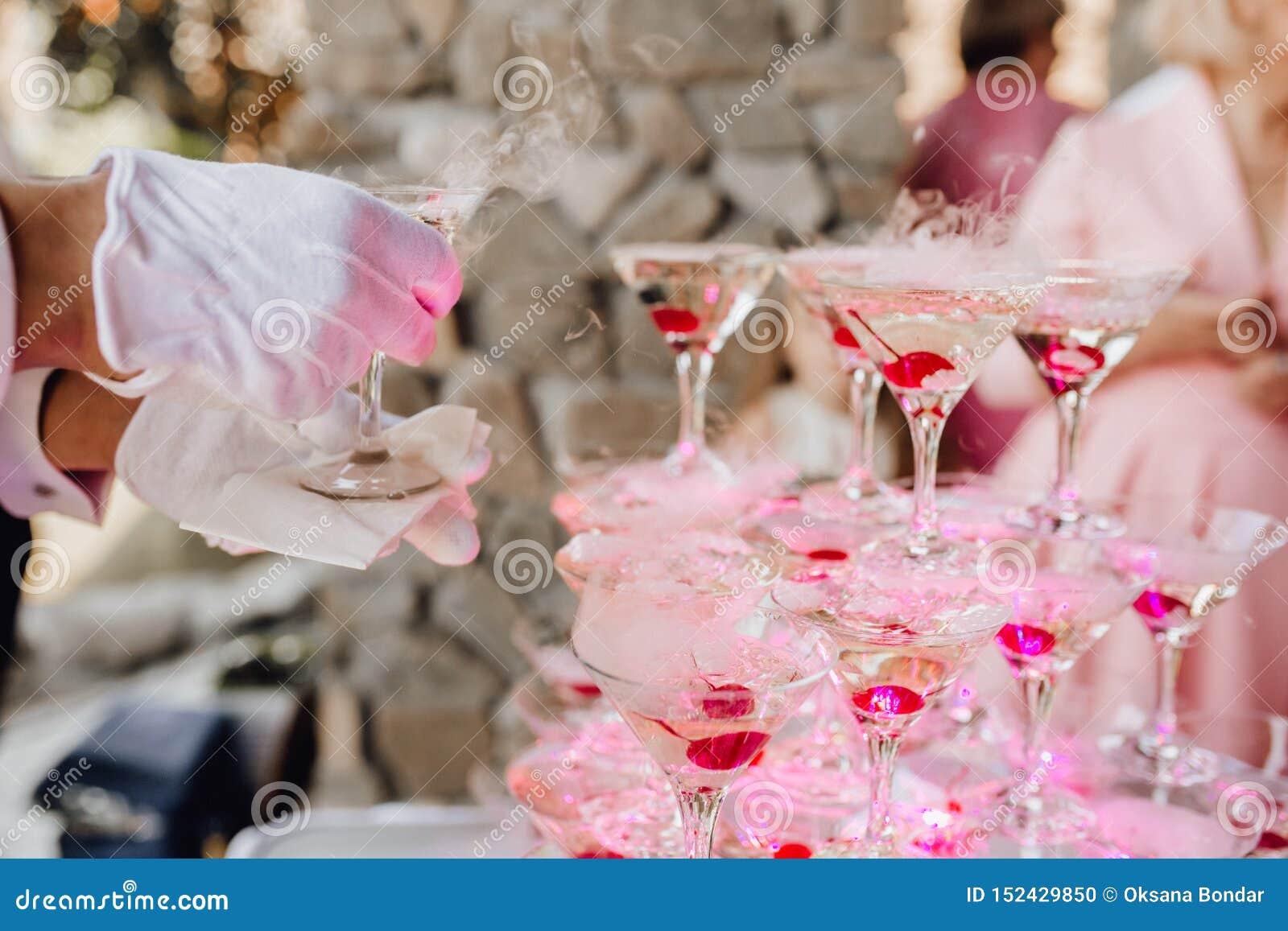 Handen i handske satte Champagne Glass Pyramid Catering