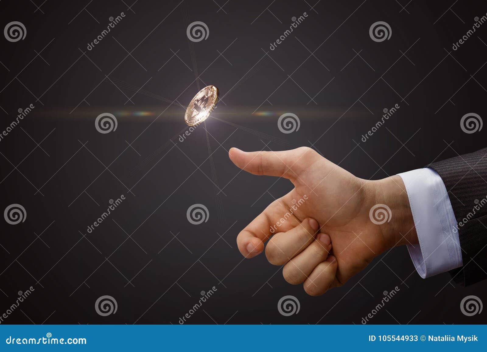 Handen kastar ett mynt