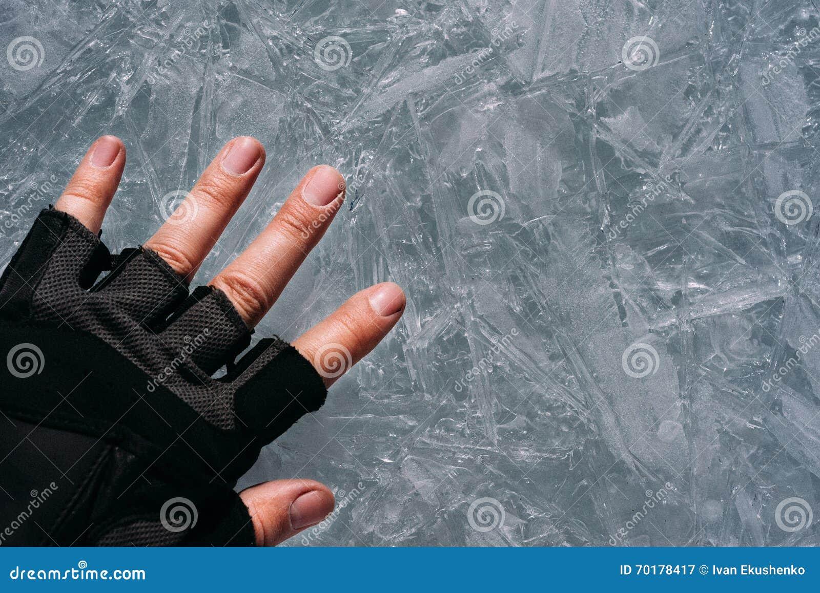 Handen lägger på is
