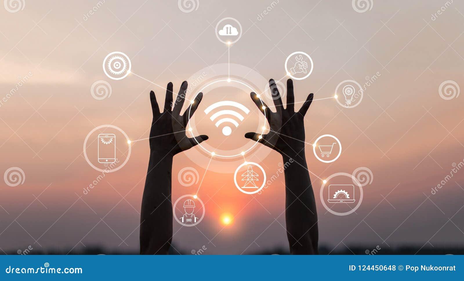 Handen met innovatief pictogram en ontwikkeling van telecommunicatie