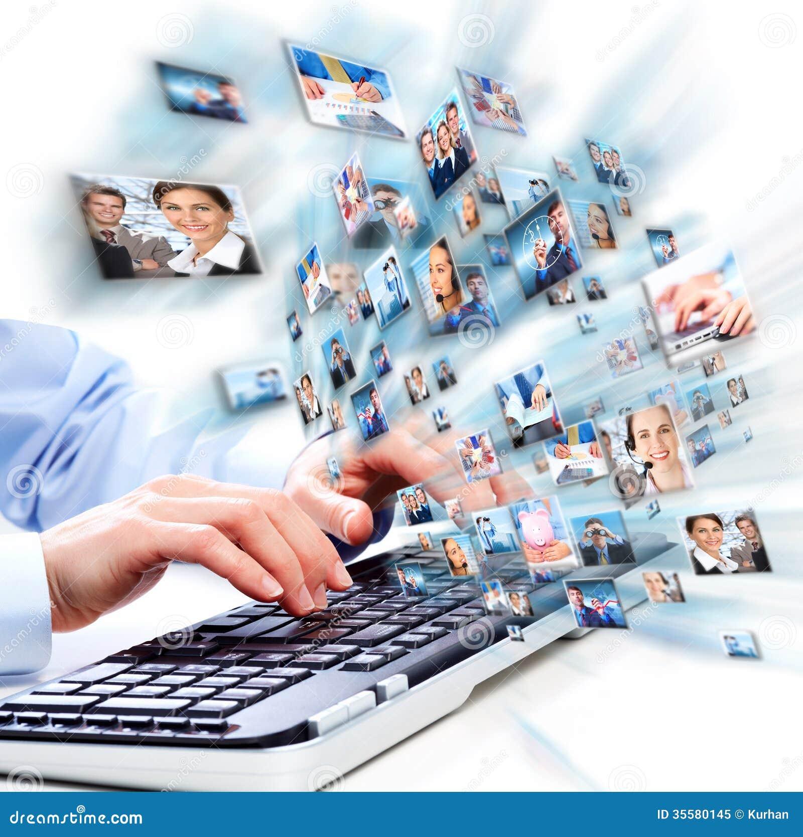 Handen met laptop computertoetsenbord.