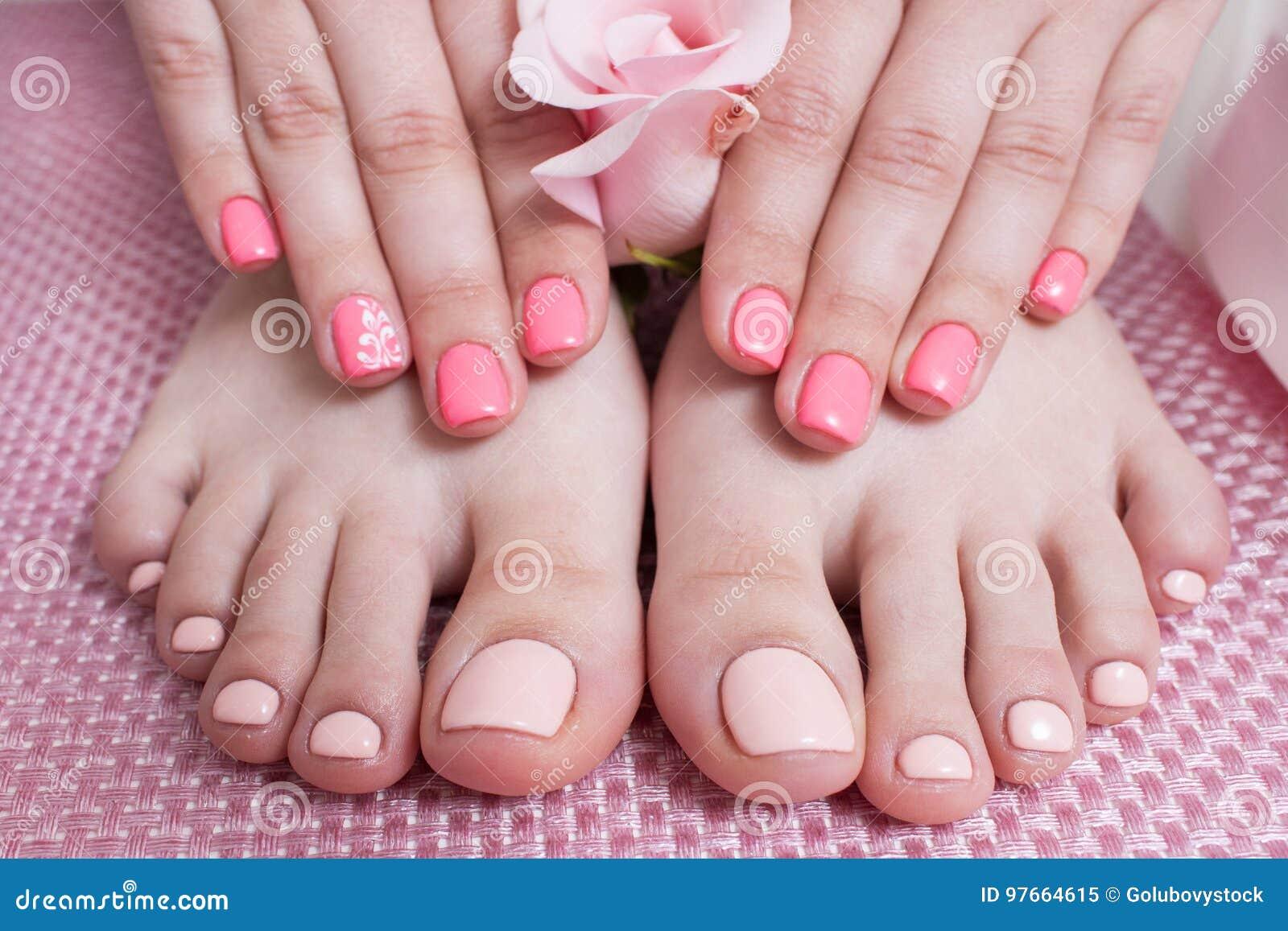 Handen met manicure, voeten met pedicure