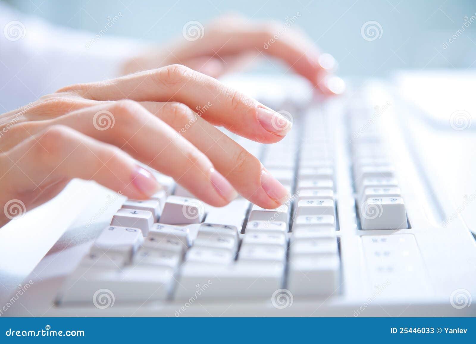Handen op computertoetsenbord