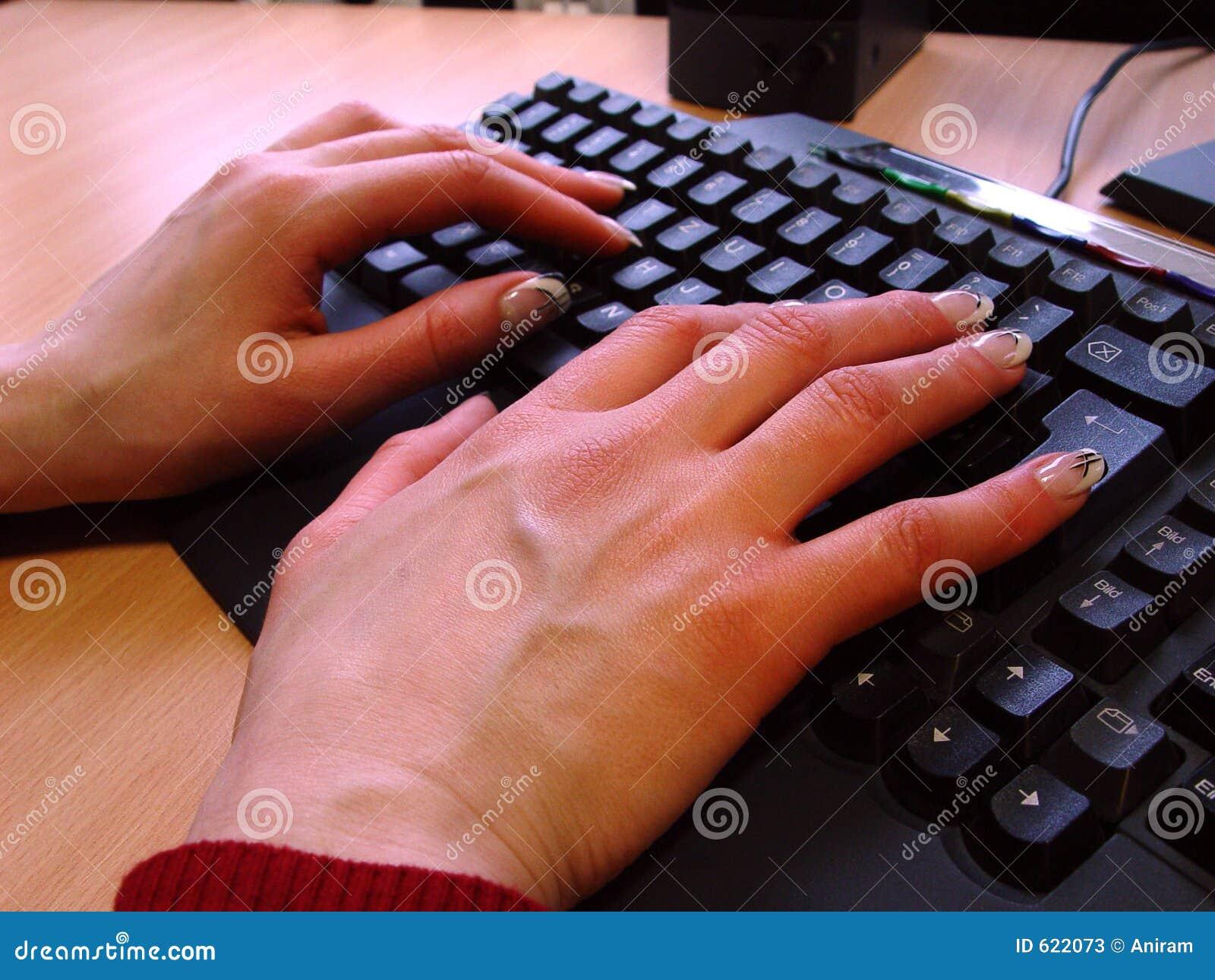 Handen op het toetsenbord van PC