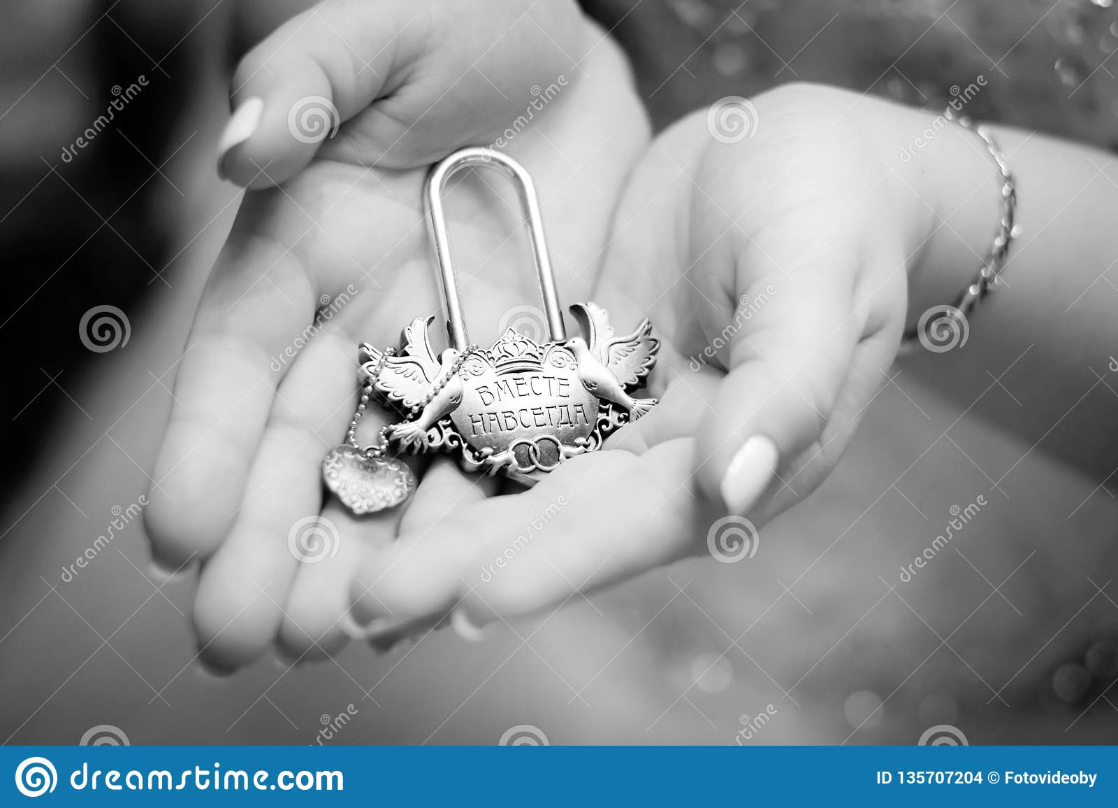 Handen van bruid en bruidegom met uitstekend slot
