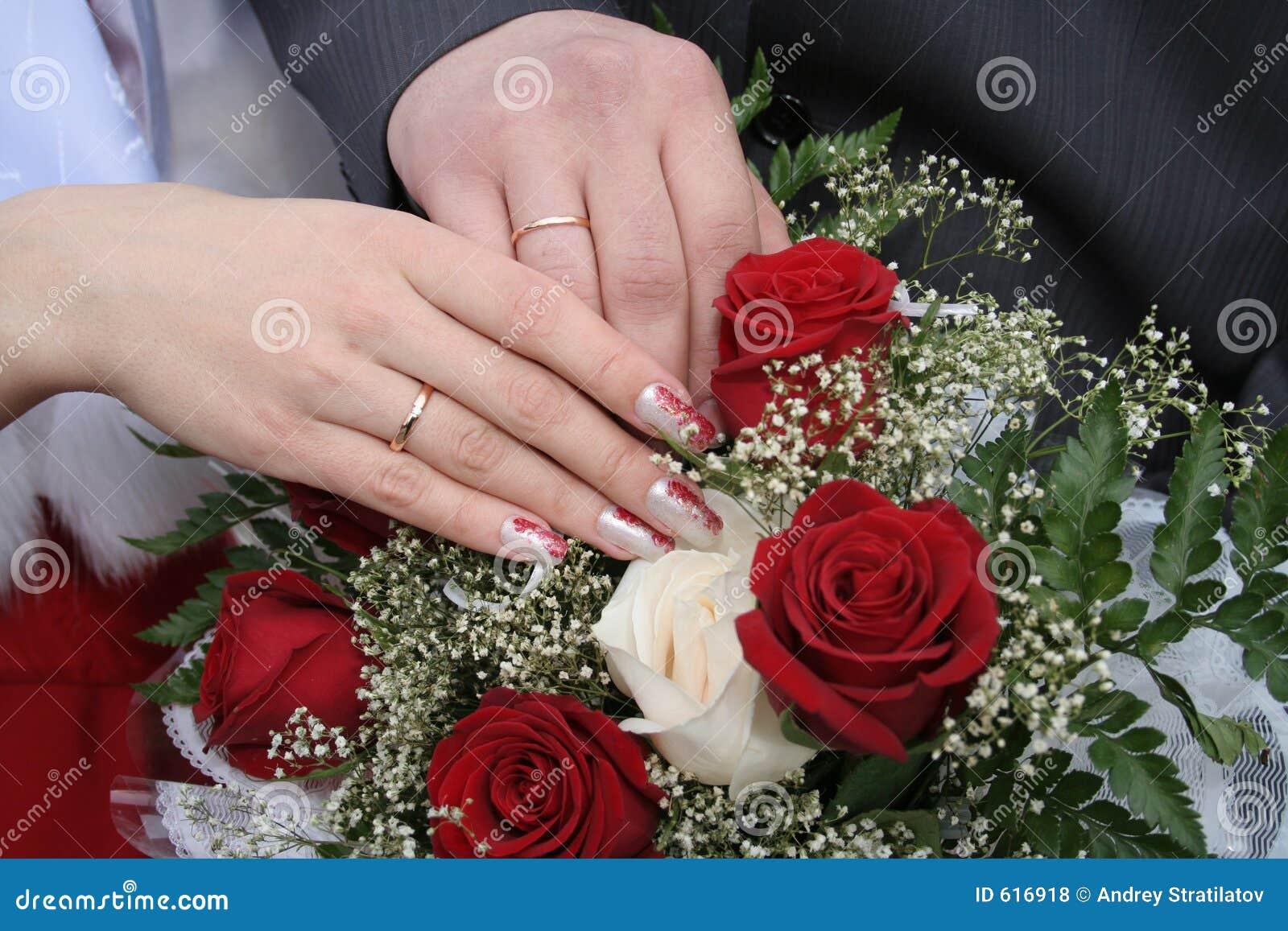Handen van de bruidegom en de bruid
