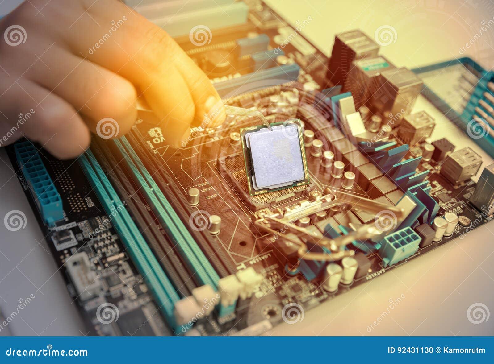 Handen van de delen van een technicus het assembleren computerhardware