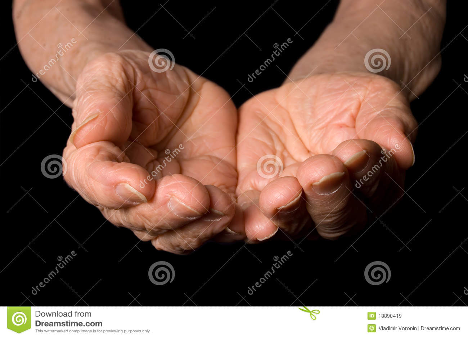 Handen van de oude vrouw op een zwarte achtergrond