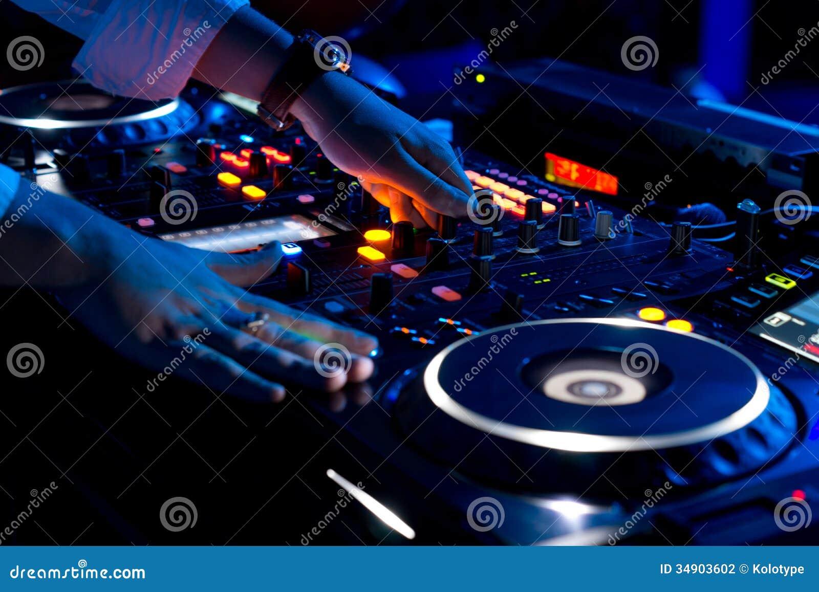 Handen van DJ die muziek mengen bij een disco