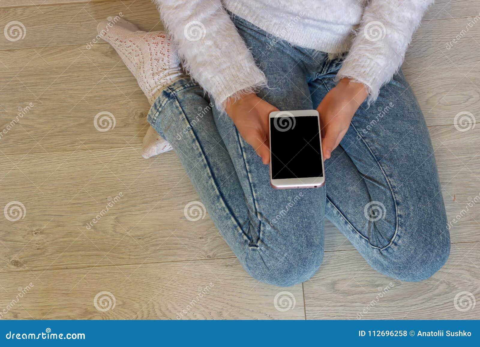 Handen van een meisje die een mobiele telefoon houden tieners innovatief tel.